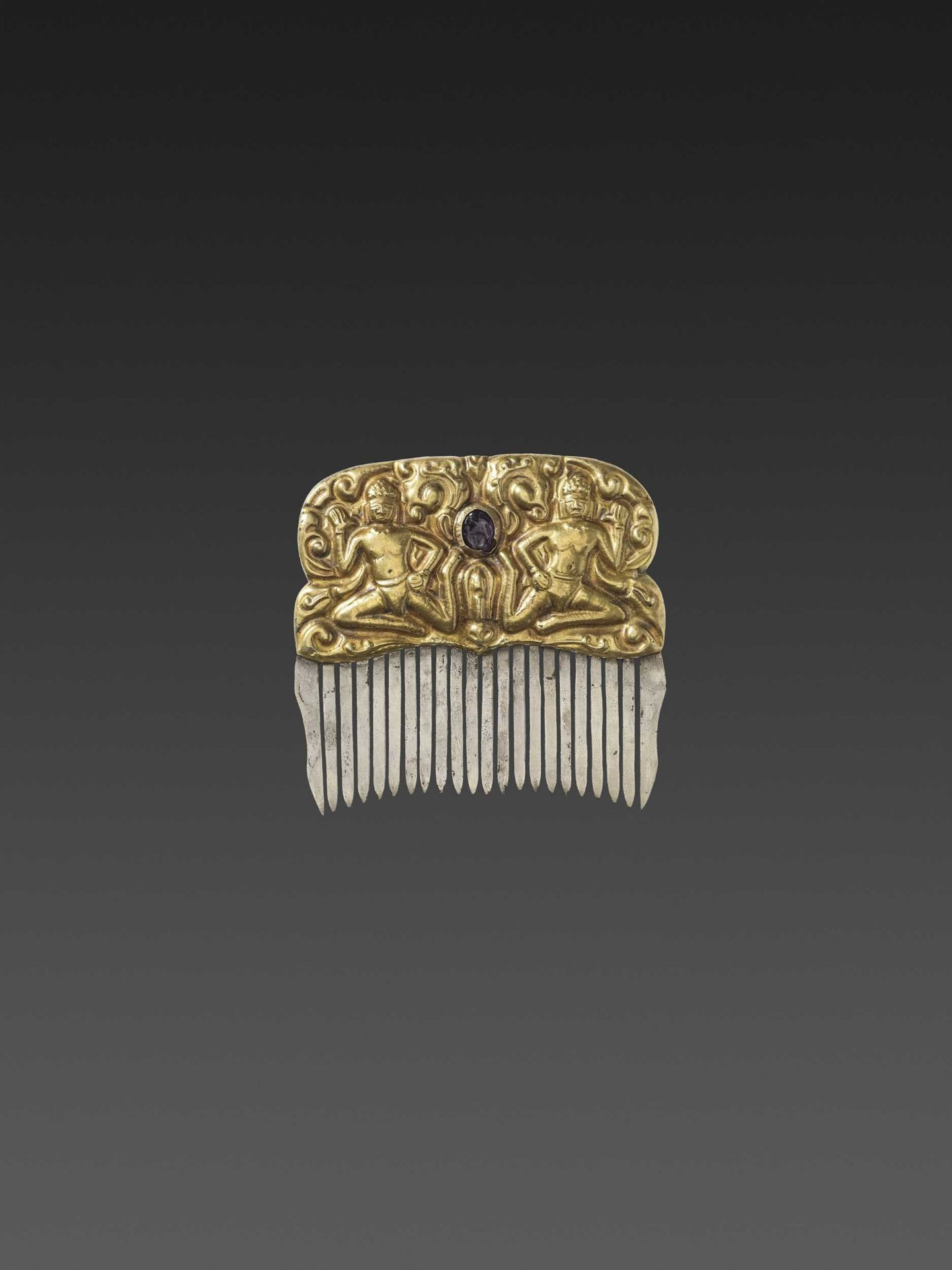 A CHAM GEMSTONE-SET GOLD REPOUSSÉ AND SILVER HAIR COMB WITH DANCING MALE DEITIES