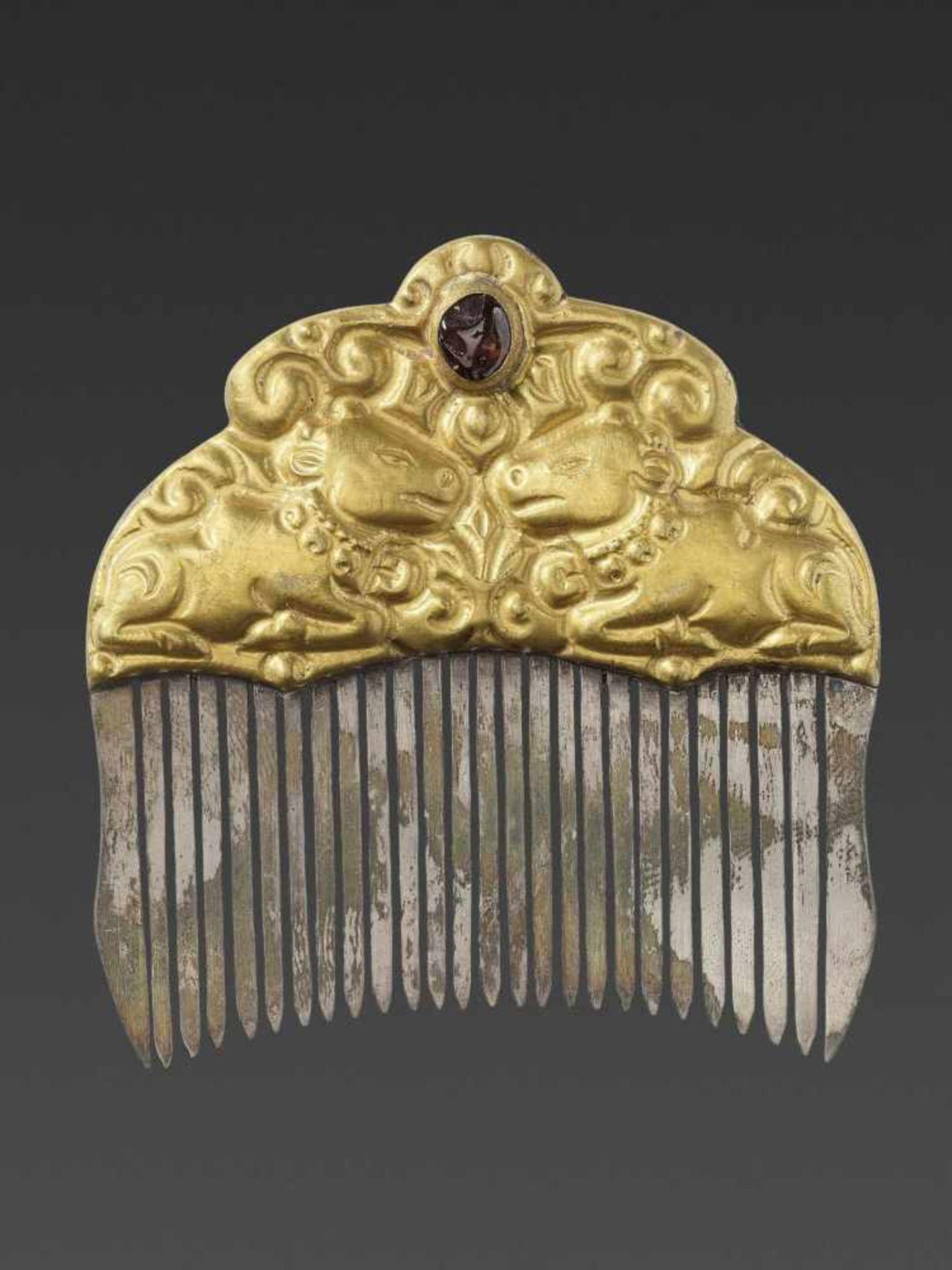 A CHAM GEMSTONE-SET GOLD REPOUSSÉ AND SILVER HAIR COMB WITH NANDI BULLS - Bild 2 aus 5