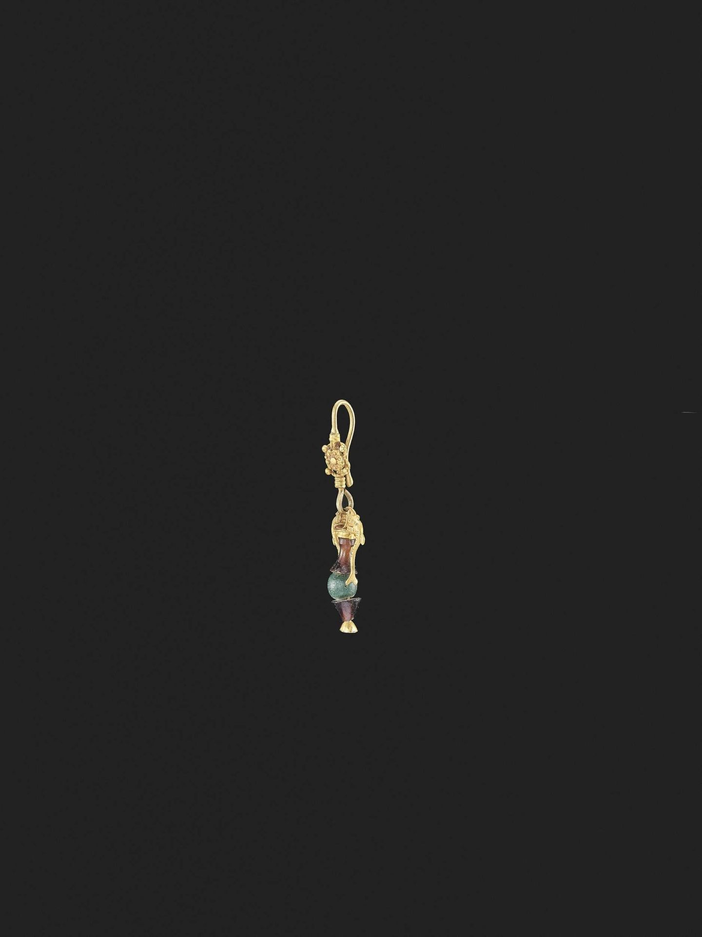 A HELLENISTIC GOLD EARRING - Bild 2 aus 5