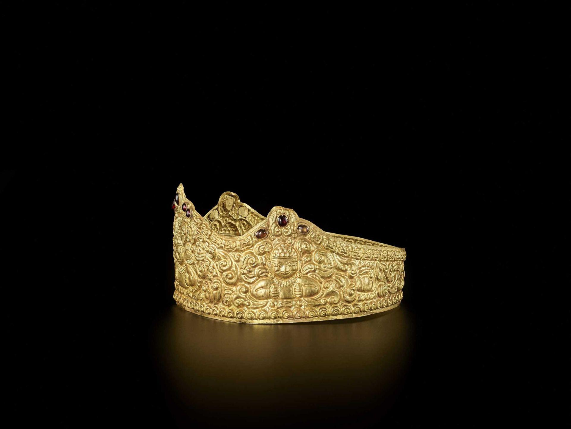 AN EXTRE MELY RARE AND FINE CHAM GEMSTONE-SET GOLD REPOUSSÉ CROWN WITH GARUDAS - Bild 5 aus 9