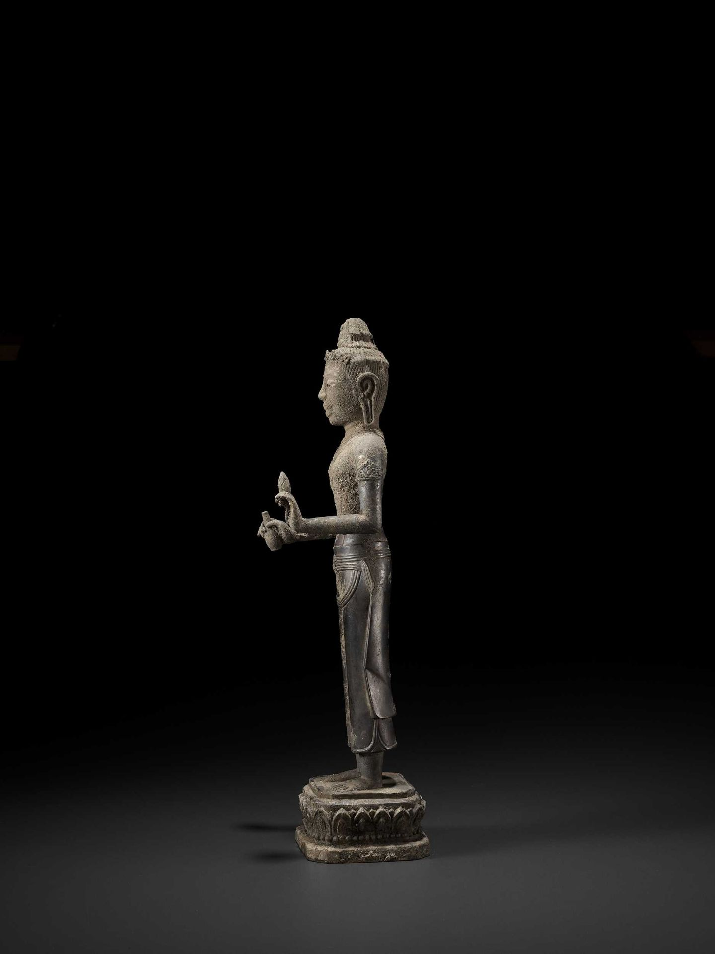 A RARE AND IMPORTANT SILVER ALLOY FIGURE OF AVALOKITESVARA - Bild 10 aus 11