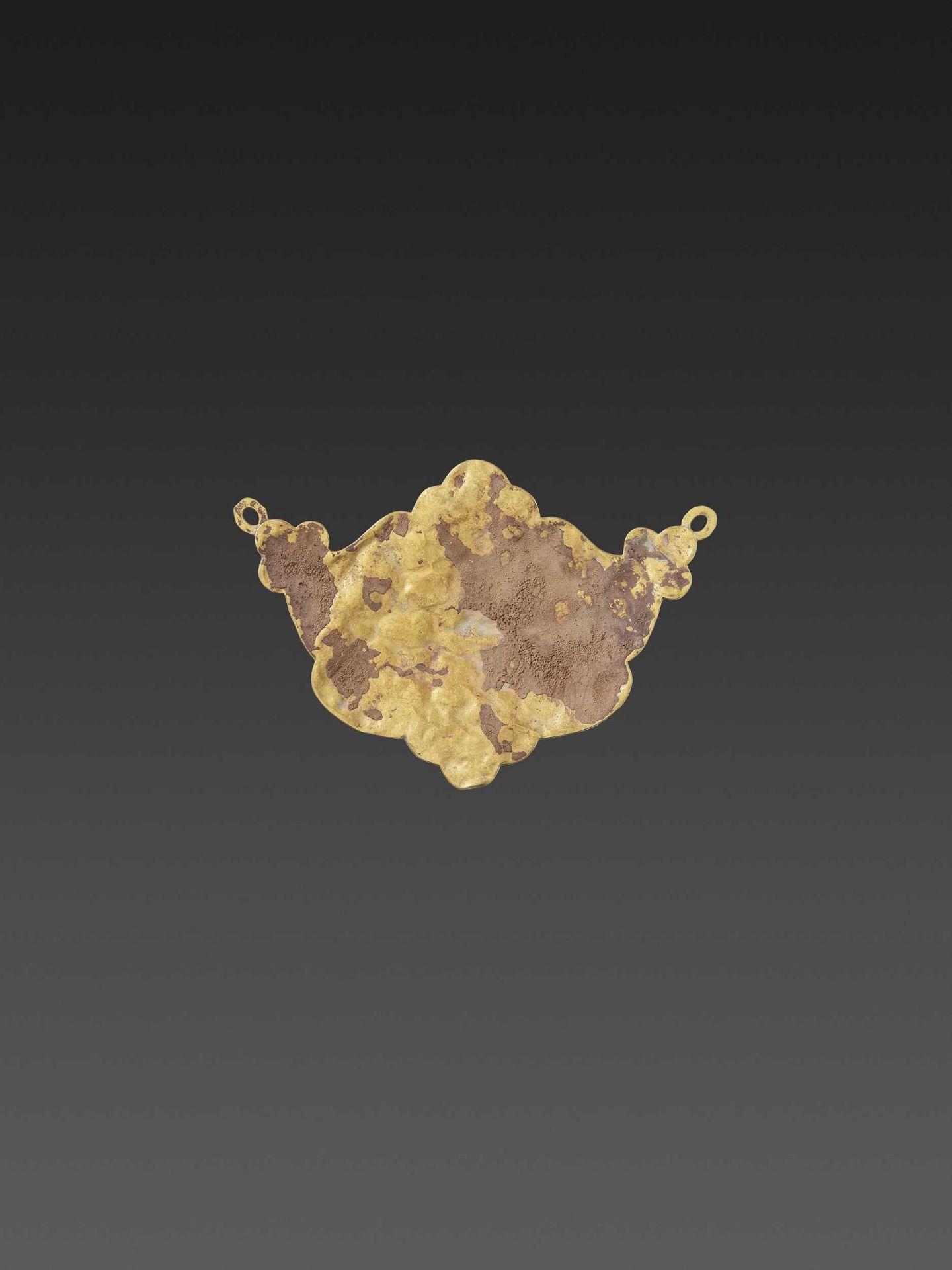 A CHAM GEMSTONE-SET GOLD REPOUSSÉ PECTORAL DEPICTING GANESHA MEDITATING - Bild 3 aus 4