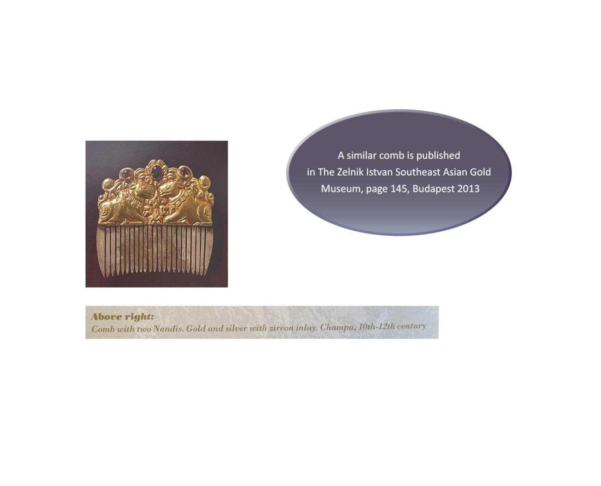 A CHAM GEMSTONE-SET GOLD REPOUSSÉ AND SILVER HAIR COMB WITH NANDI BULLS - Bild 5 aus 5