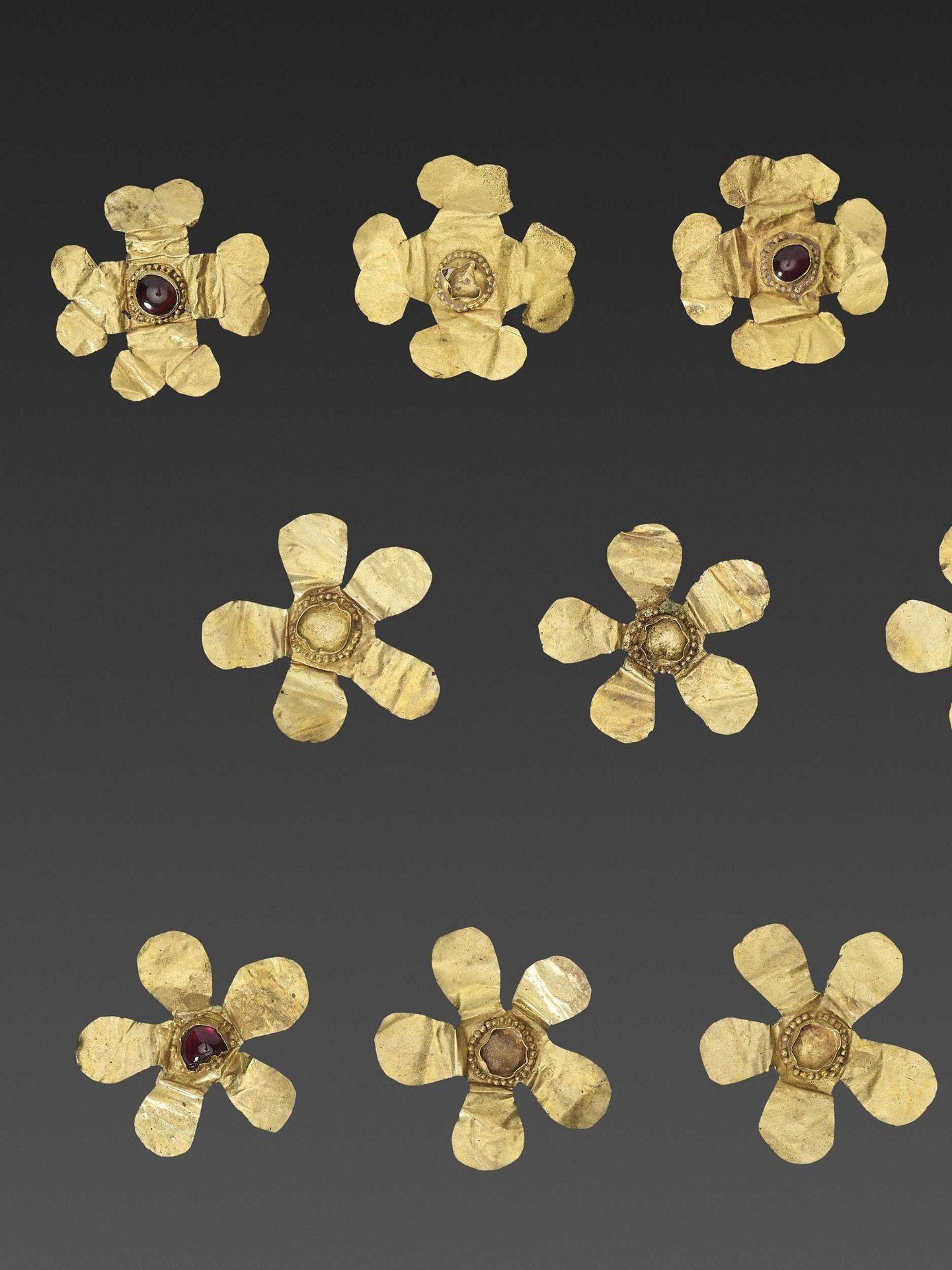 11 BACTRIAN GOLD 'FLOWER' GARMENT ORNAMENTS - Bild 2 aus 4