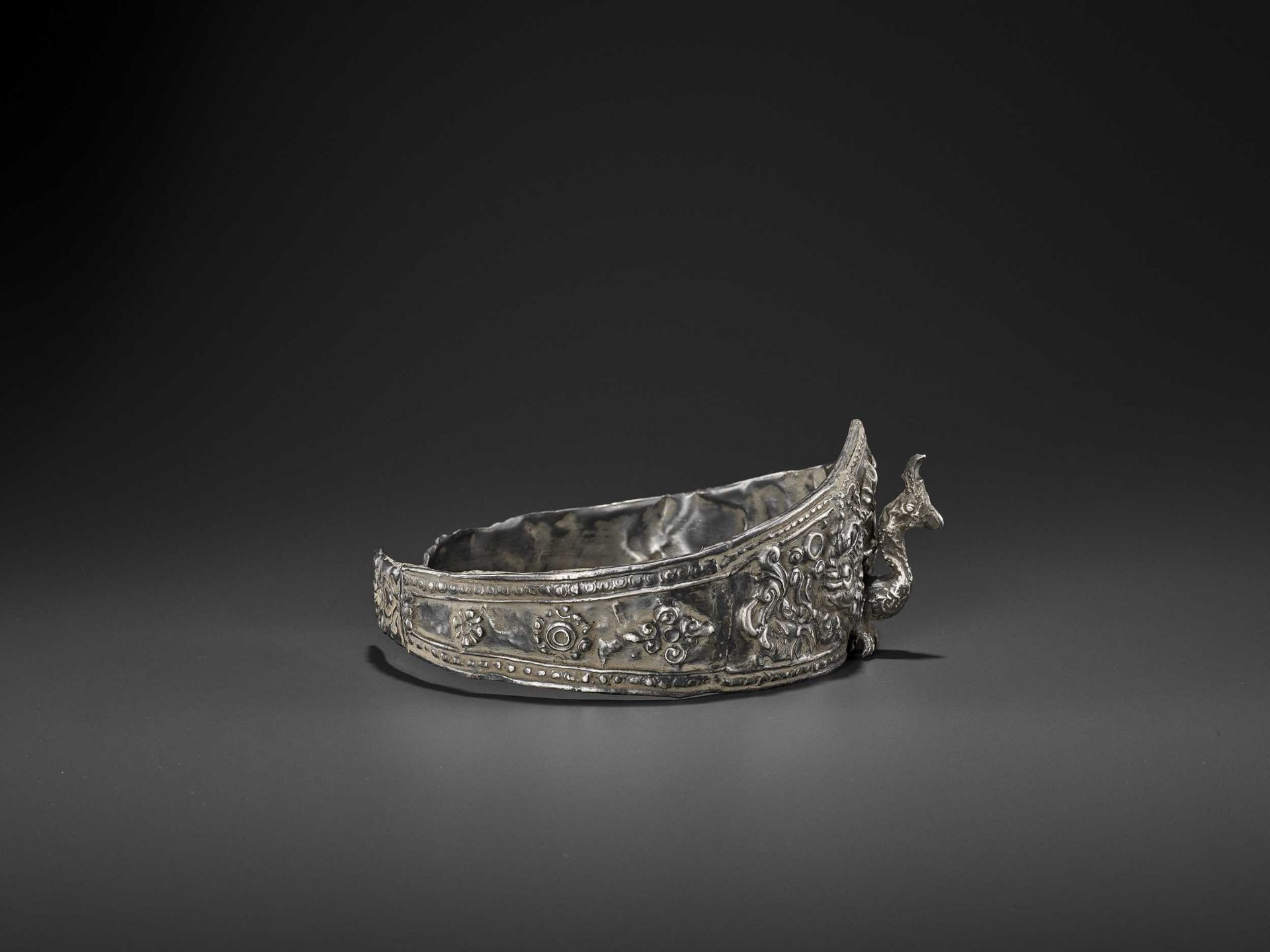 A LARGE ANDUNIQUE CHAM SILVERR EPOUSSÉ CROWN WITH A PHOENIX - Bild 6 aus 8