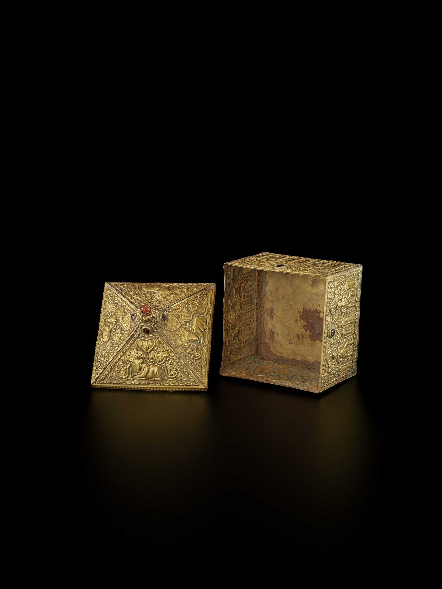 A FINE AND EXTREMELY RARE GEMSTONE-SET CHAM GOLD REPOUSSÉ BOX AND COVER - Bild 7 aus 10
