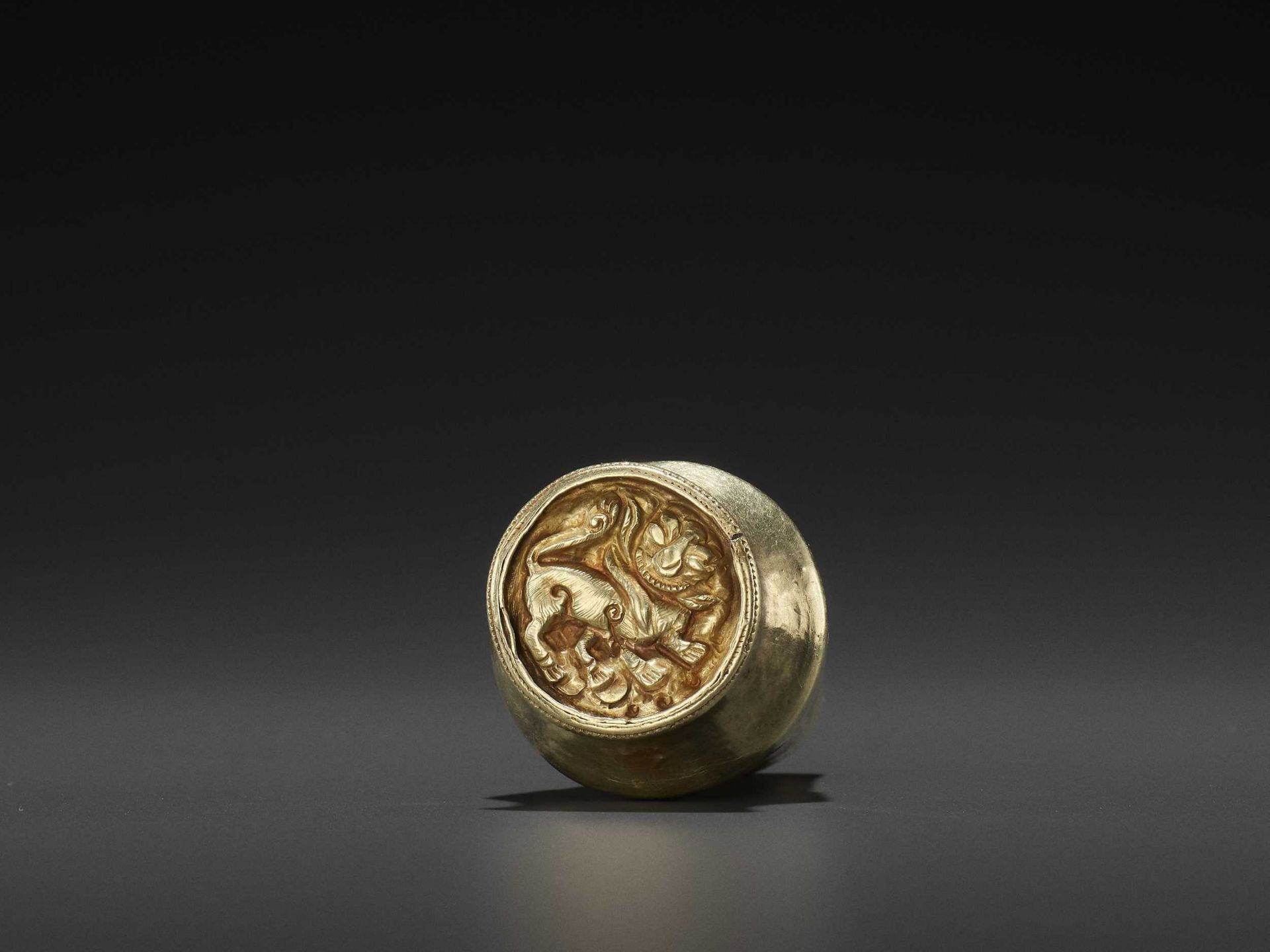AN EXTREMELY RARE CHAM GOLD BETEL NUT CONTAINER WITH REPOUSSÉ TIGER MARK, EX-COLLECTION BAO DAI - Bild 2 aus 11