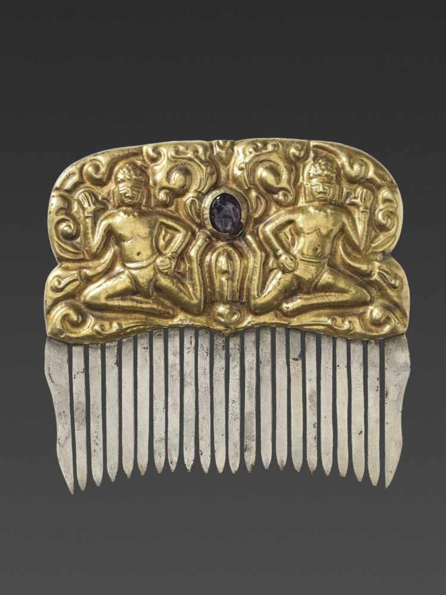 A CHAM GEMSTONE-SET GOLD REPOUSSÉ AND SILVER HAIR COMB WITH DANCING MALE DEITIES - Bild 2 aus 4