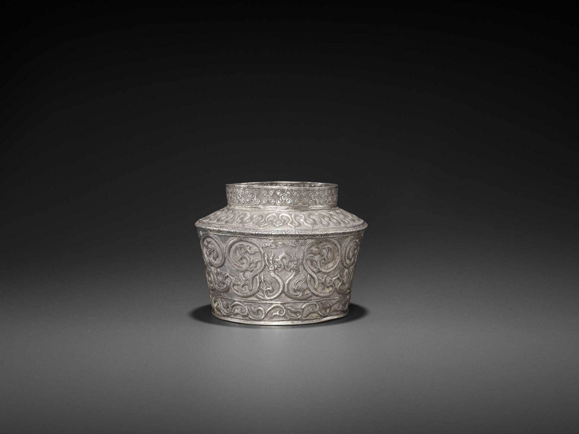 AN EXTREMELY RARE AND FINE CHAM SILVER REPOUSSÉ BOWL WITH PHOENIXES - Bild 4 aus 7