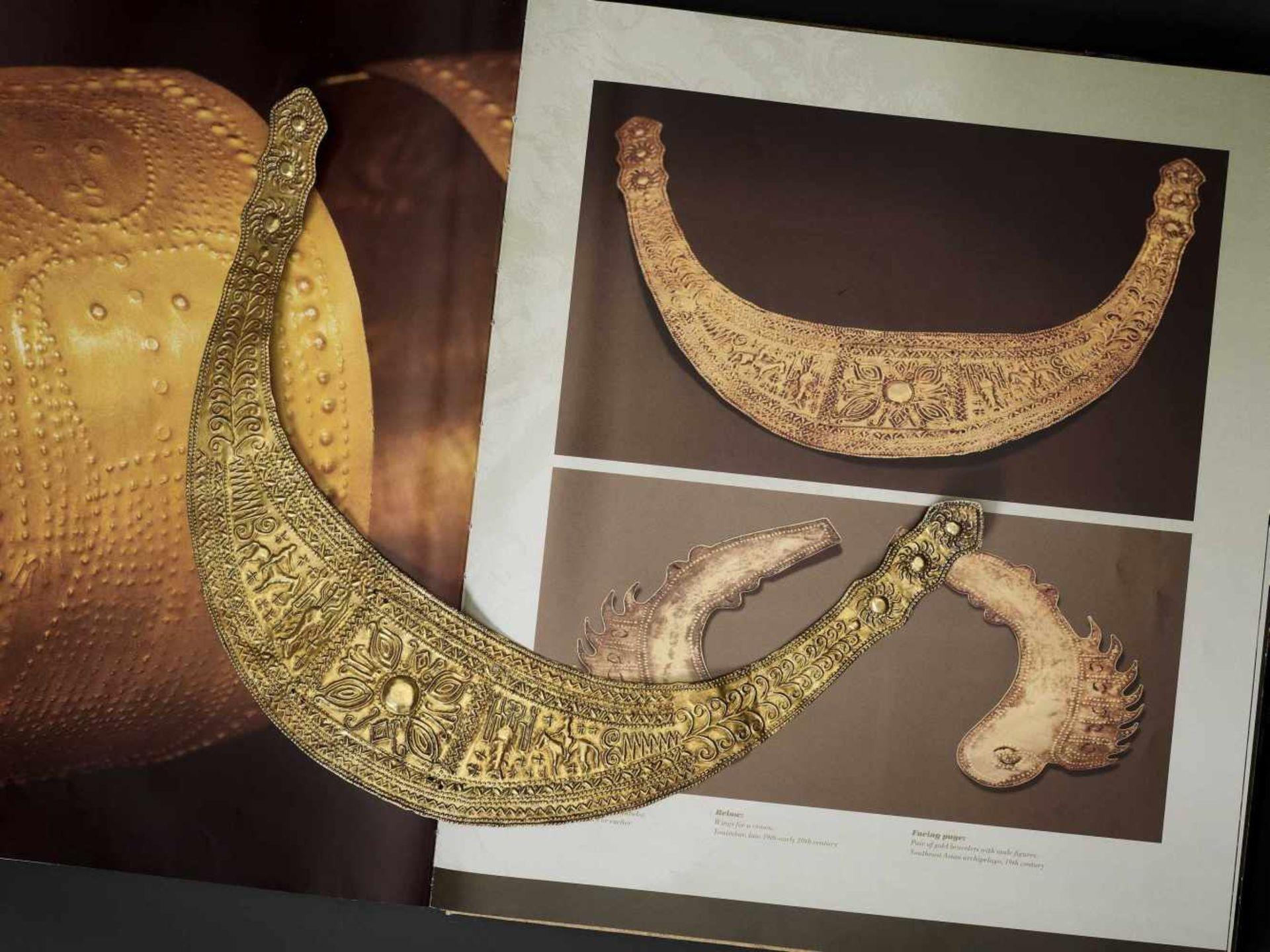 A CHAM GOLD REPOUSSÉ HAIR ORNAMENT - Bild 2 aus 4