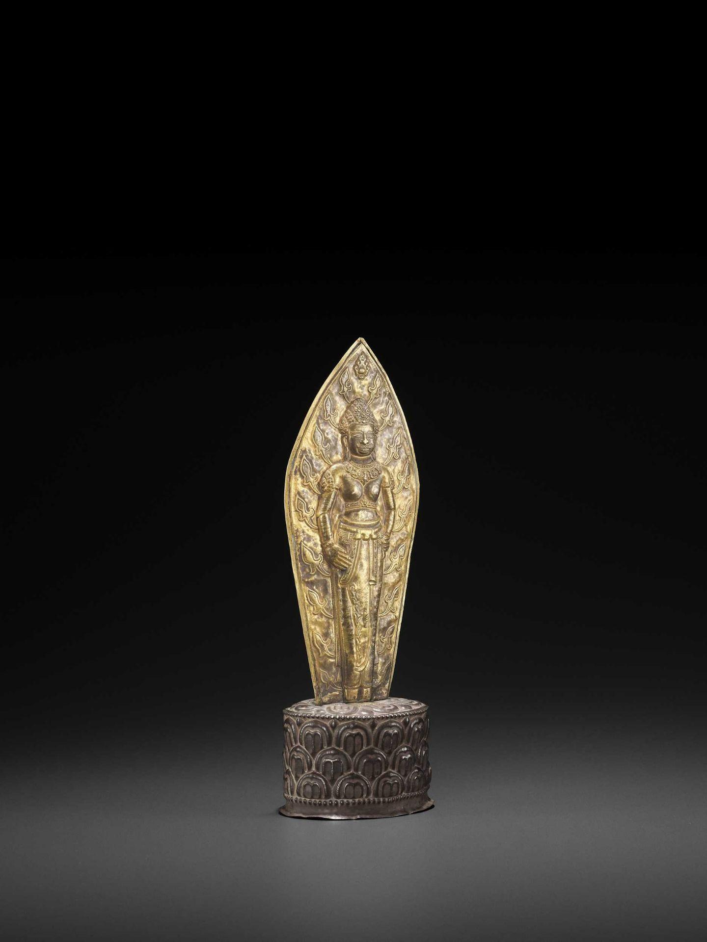 A VERY RARE CHAM GOLD REPOUSSÉ SCULPTURE DEPICTING DURGA - Bild 5 aus 7