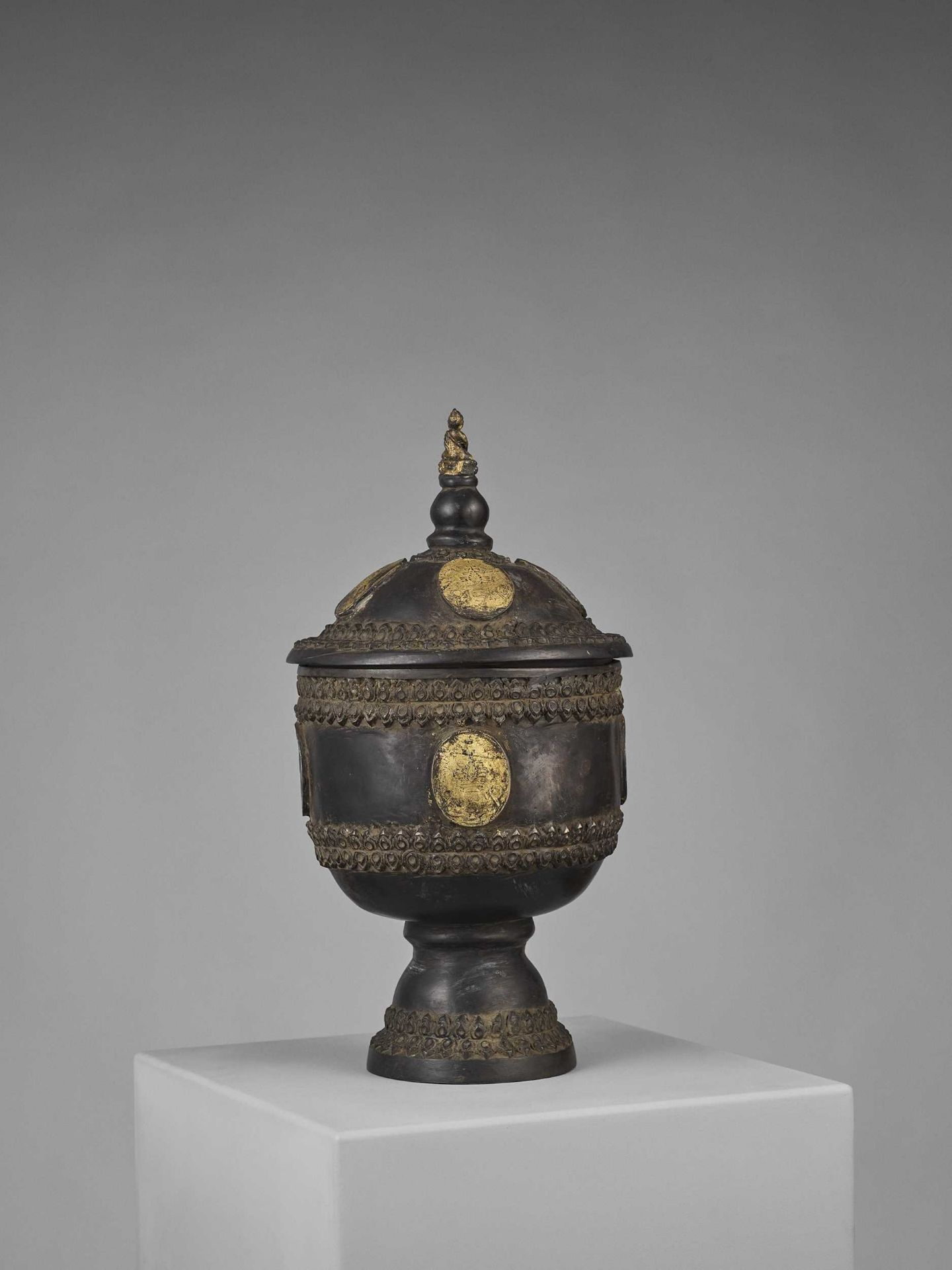 A CHAM PARCEL-GILT BRONZE VESSEL AND COVER WITH BUDDHA SHAKYAMUNI - Bild 5 aus 11