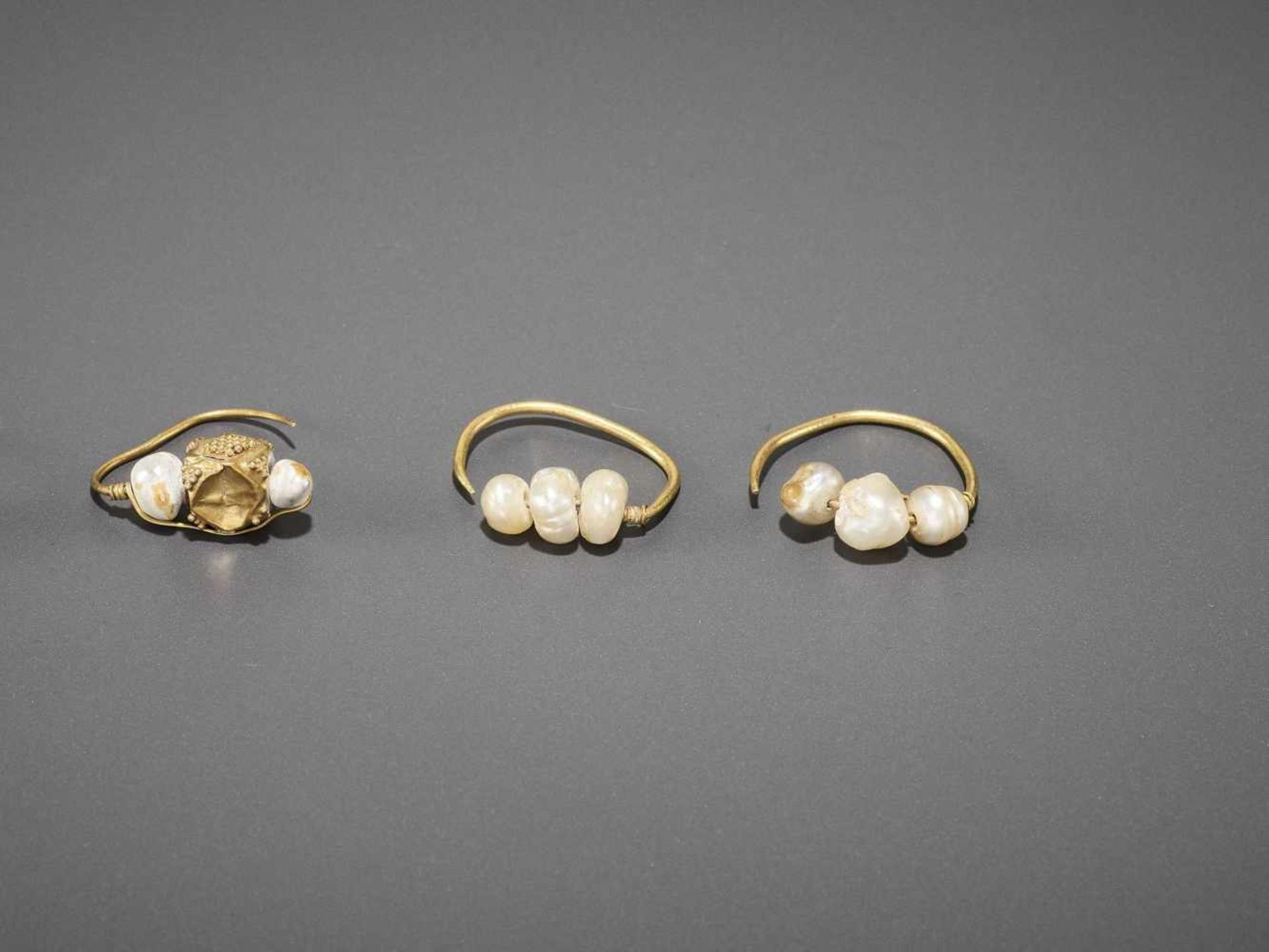 FIVE BACTRIAN GOLD EARRINGS WITH PEARLS AND GEMSTONES - Bild 4 aus 5