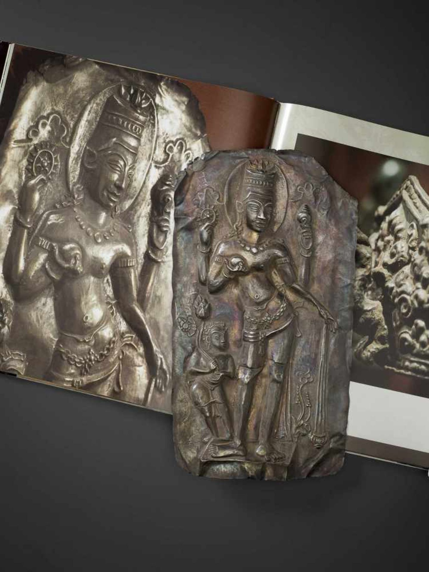 A LARGE CHAM SILVER REPOUSSÉ PLAQUE DEPICTING VISHNU AND CHILD - Bild 2 aus 5