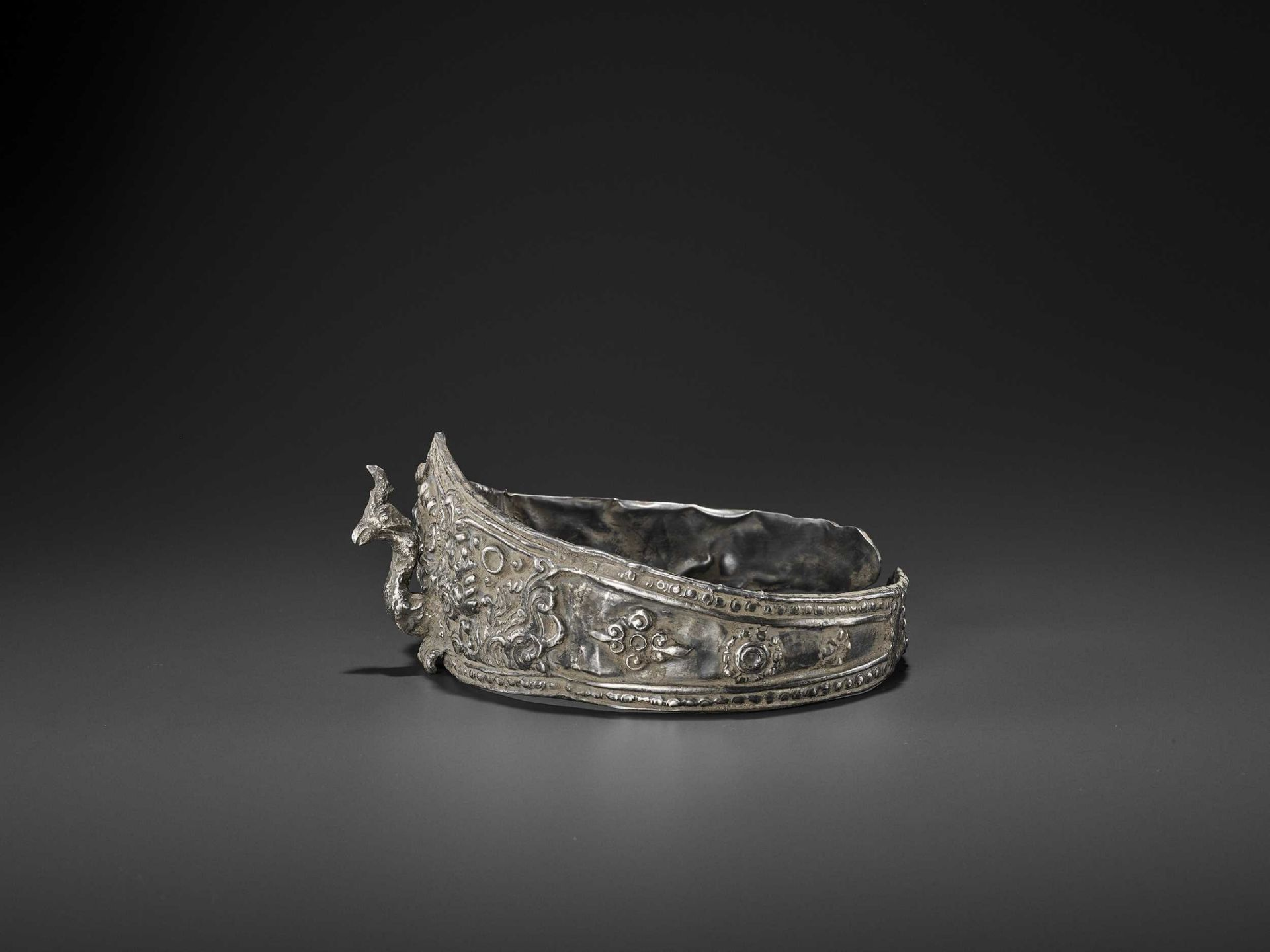 A LARGE ANDUNIQUE CHAM SILVERR EPOUSSÉ CROWN WITH A PHOENIX - Bild 5 aus 8