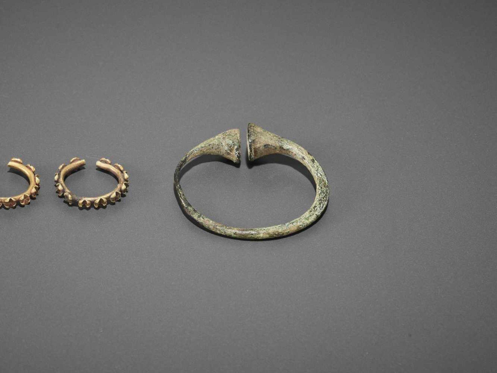 FIVE BACTRIAN GOLD AND BRONZE EARRINGS - Bild 4 aus 6