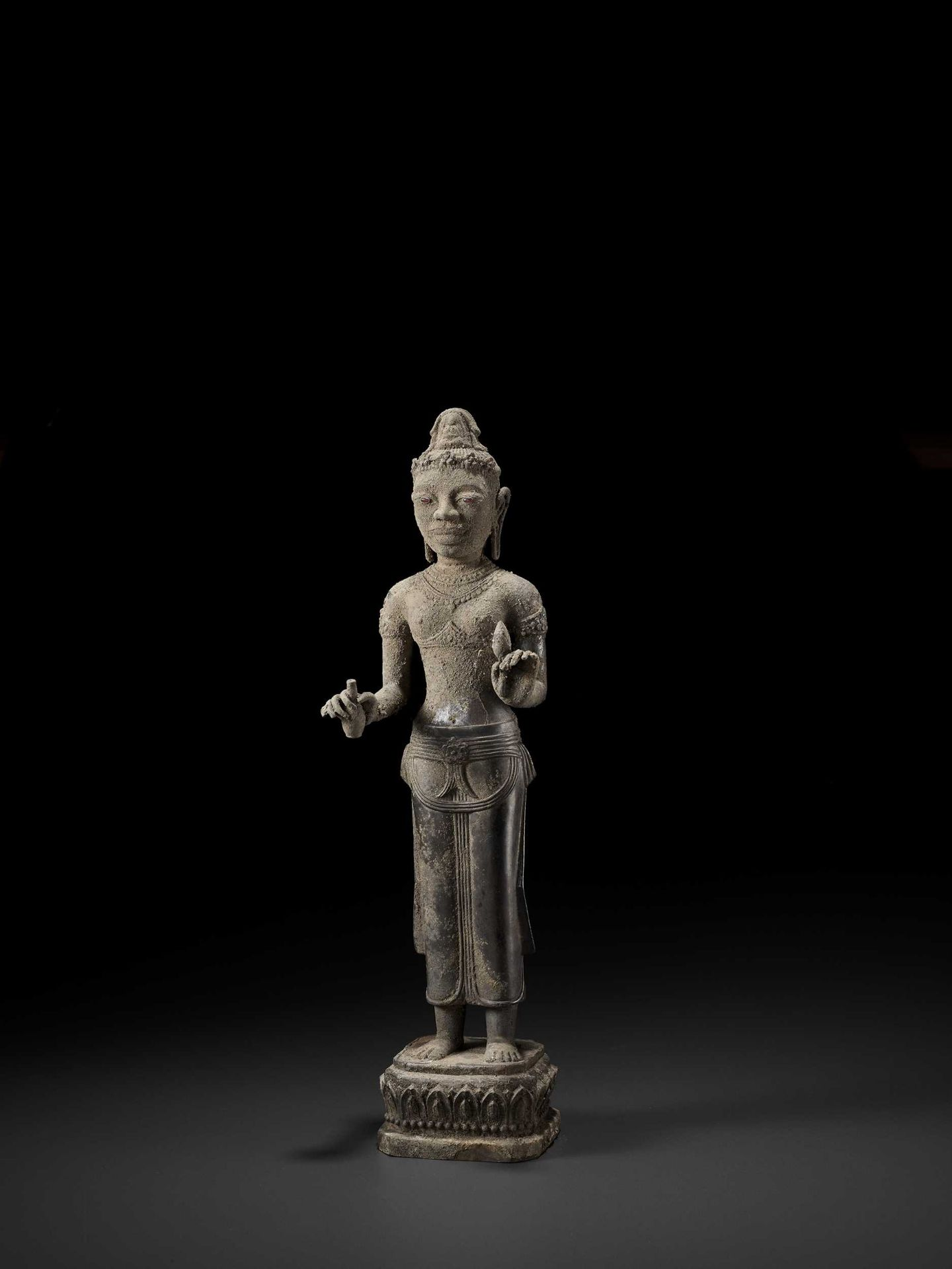 A RARE AND IMPORTANT SILVER ALLOY FIGURE OF AVALOKITESVARA - Bild 6 aus 11