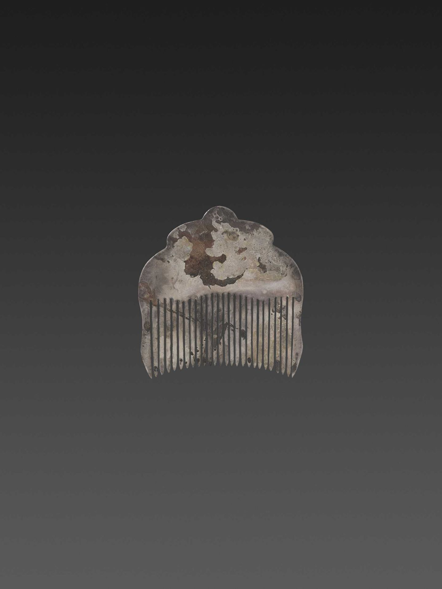 A CHAM GEMSTONE-SET GOLD REPOUSSÉ AND SILVER HAIR COMB WITH NANDI BULLS - Bild 3 aus 5