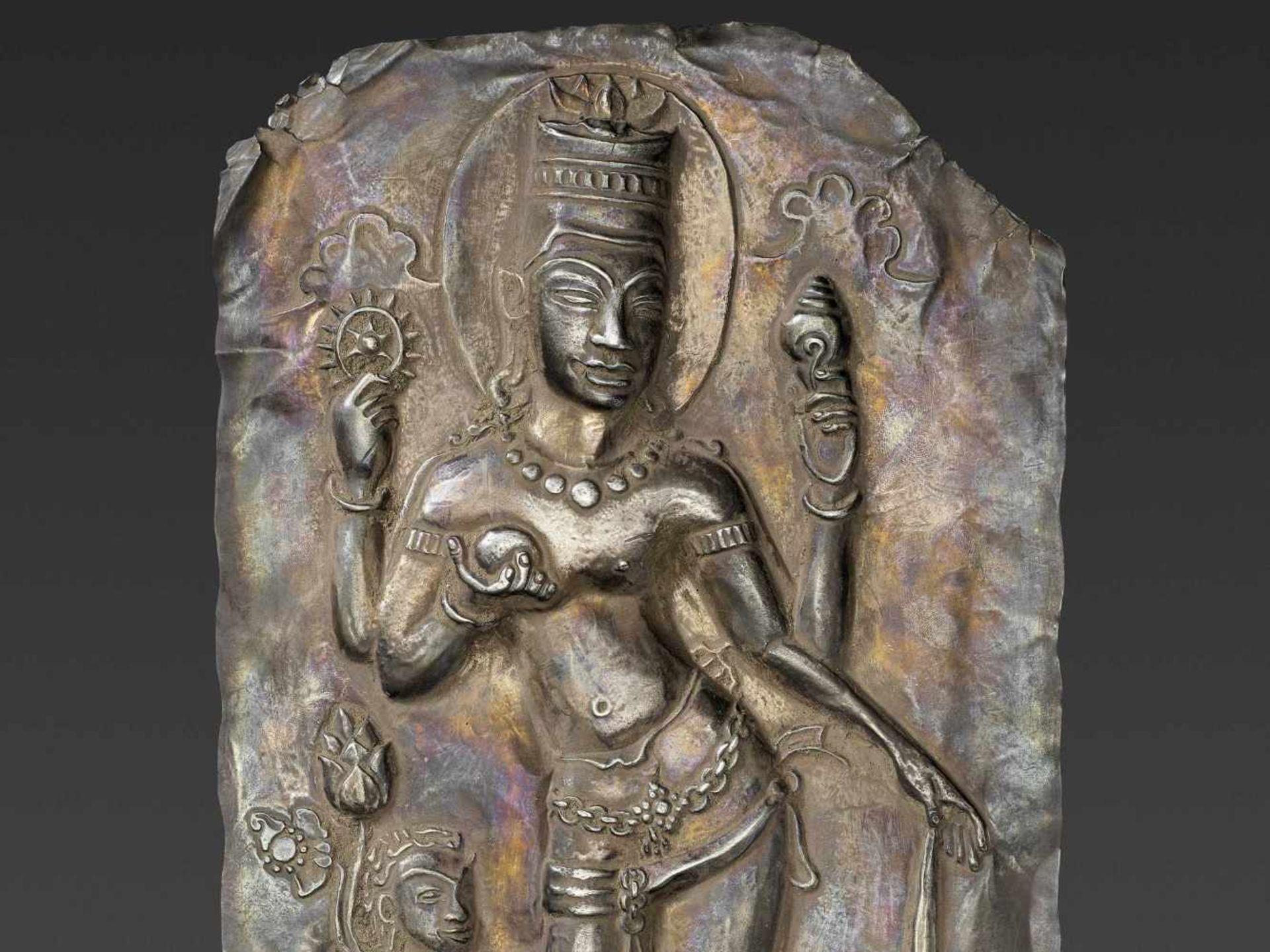 A LARGE CHAM SILVER REPOUSSÉ PLAQUE DEPICTING VISHNU AND CHILD - Bild 3 aus 5