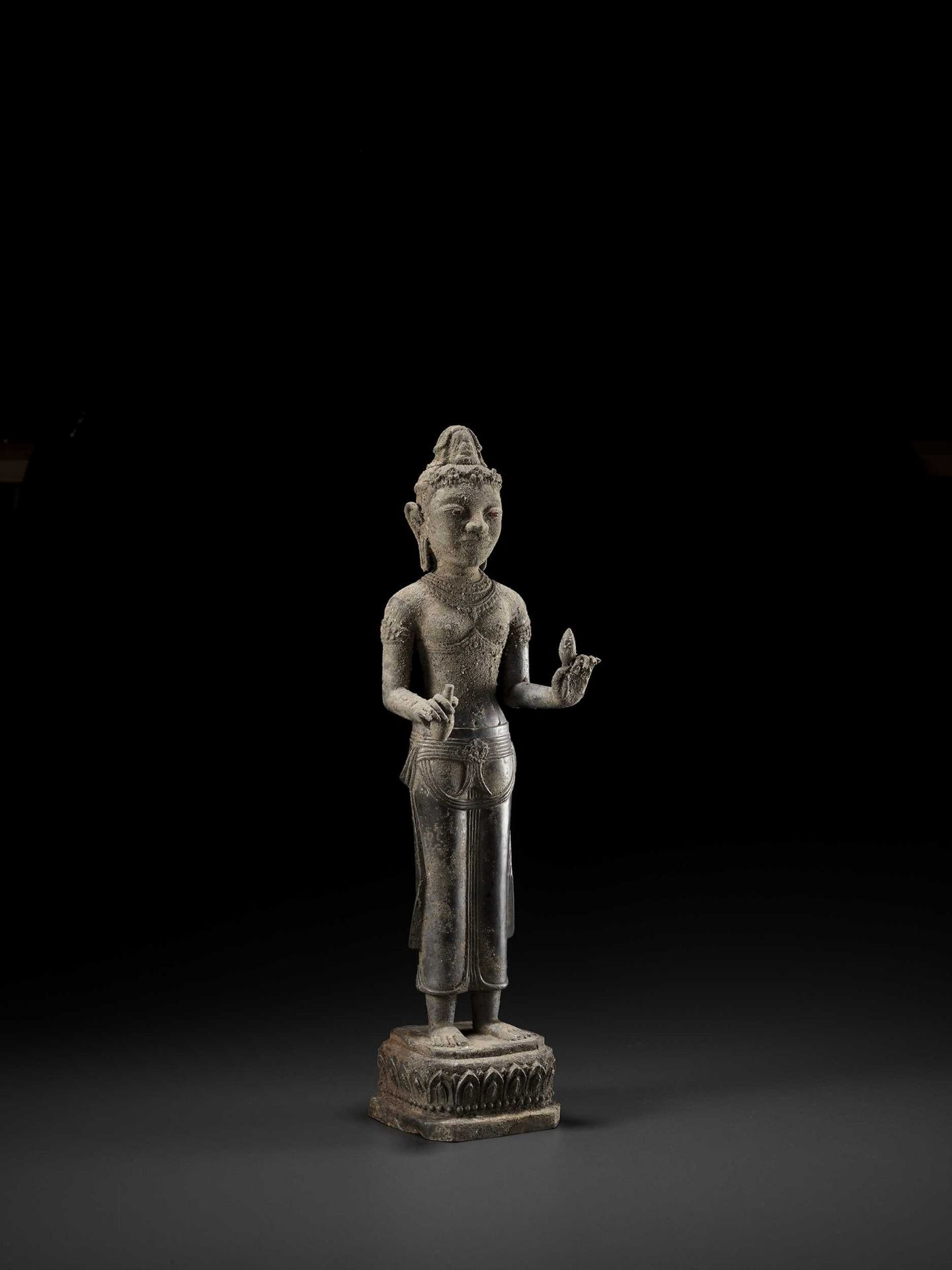 A RARE AND IMPORTANT SILVER ALLOY FIGURE OF AVALOKITESVARA - Bild 7 aus 11