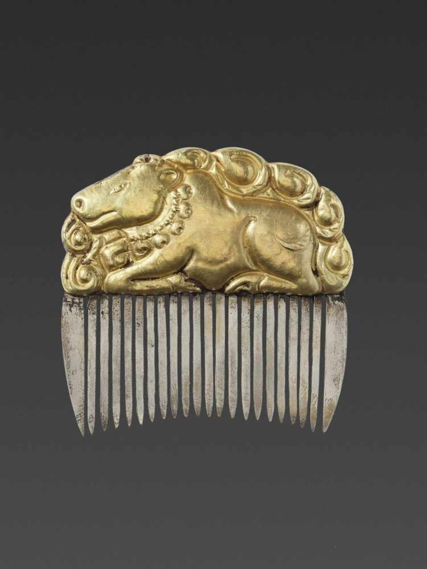 A CHAM GOLD REPOUSSÉ AND SILVER HAIR COMB WITH NANDI - Bild 3 aus 5