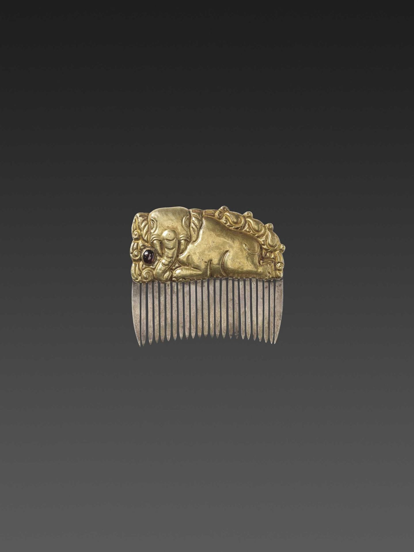 A CHAM GEMSTONE-SET GOLD REPOUSSÉ AND SILVER HAIR COMB WITH A RECUMBENT ELEPHANT