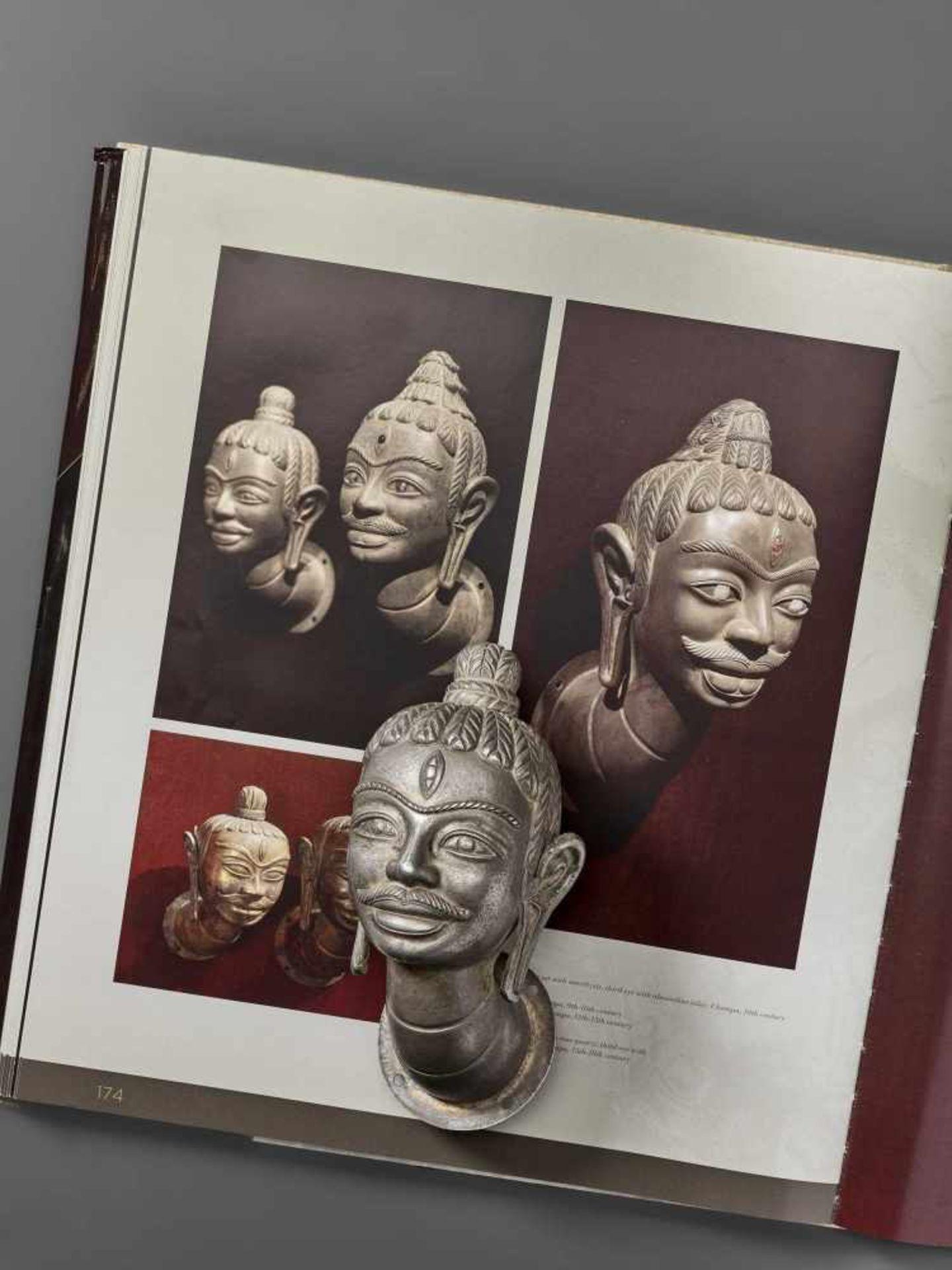 A FINE AND RARE CHAM SILVER HEAD OF SHIVA - Bild 2 aus 7