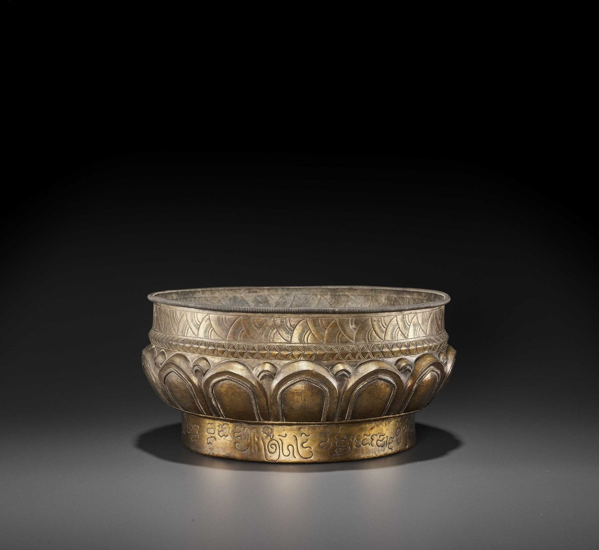 A LARGE AND FINE CHAM GILT SILVER REPOUSSÉ 'LOTUS' VESSEL
