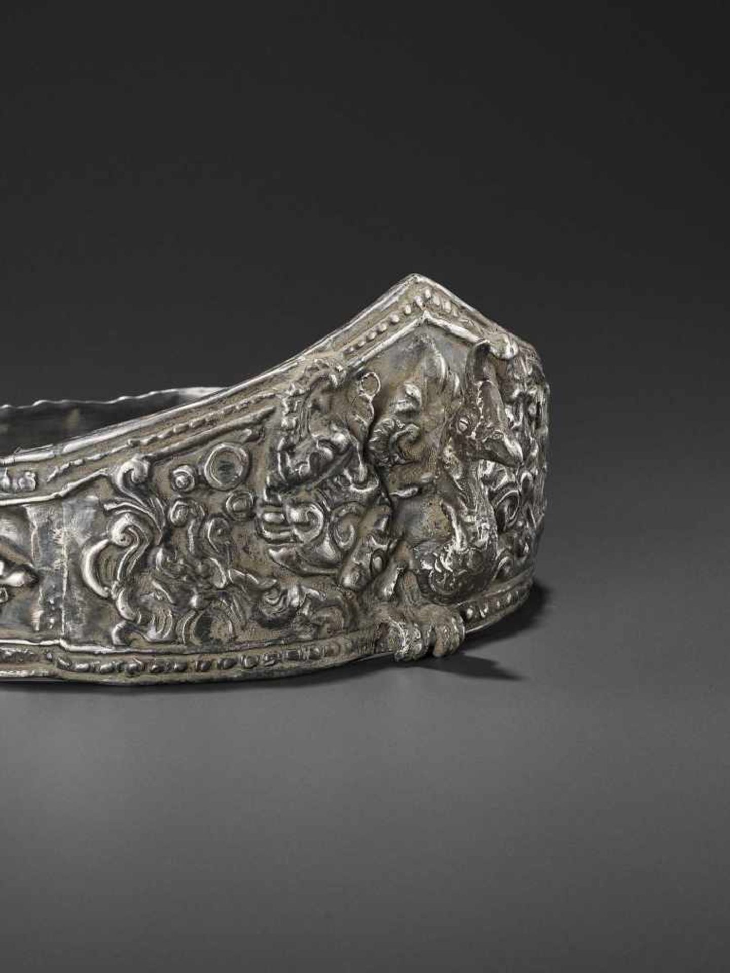A LARGE ANDUNIQUE CHAM SILVERR EPOUSSÉ CROWN WITH A PHOENIX - Bild 4 aus 8