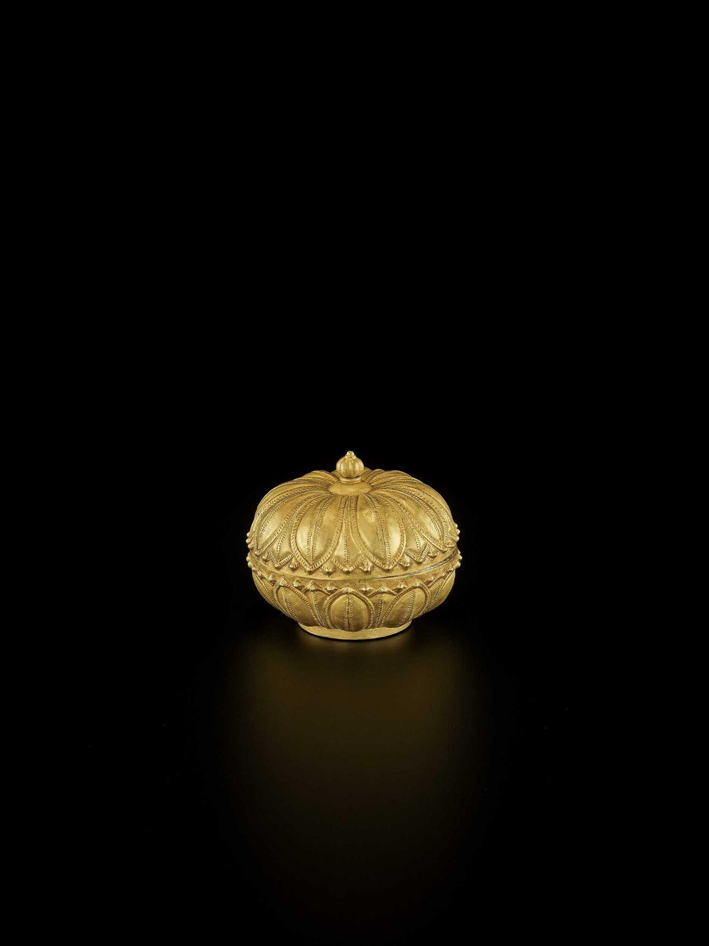 A RARE AND EXCEPTIONAL CHAM GOLD REPOUSSÉ 'LOTUS' MEDICINE BOX AND COVER - Bild 6 aus 7
