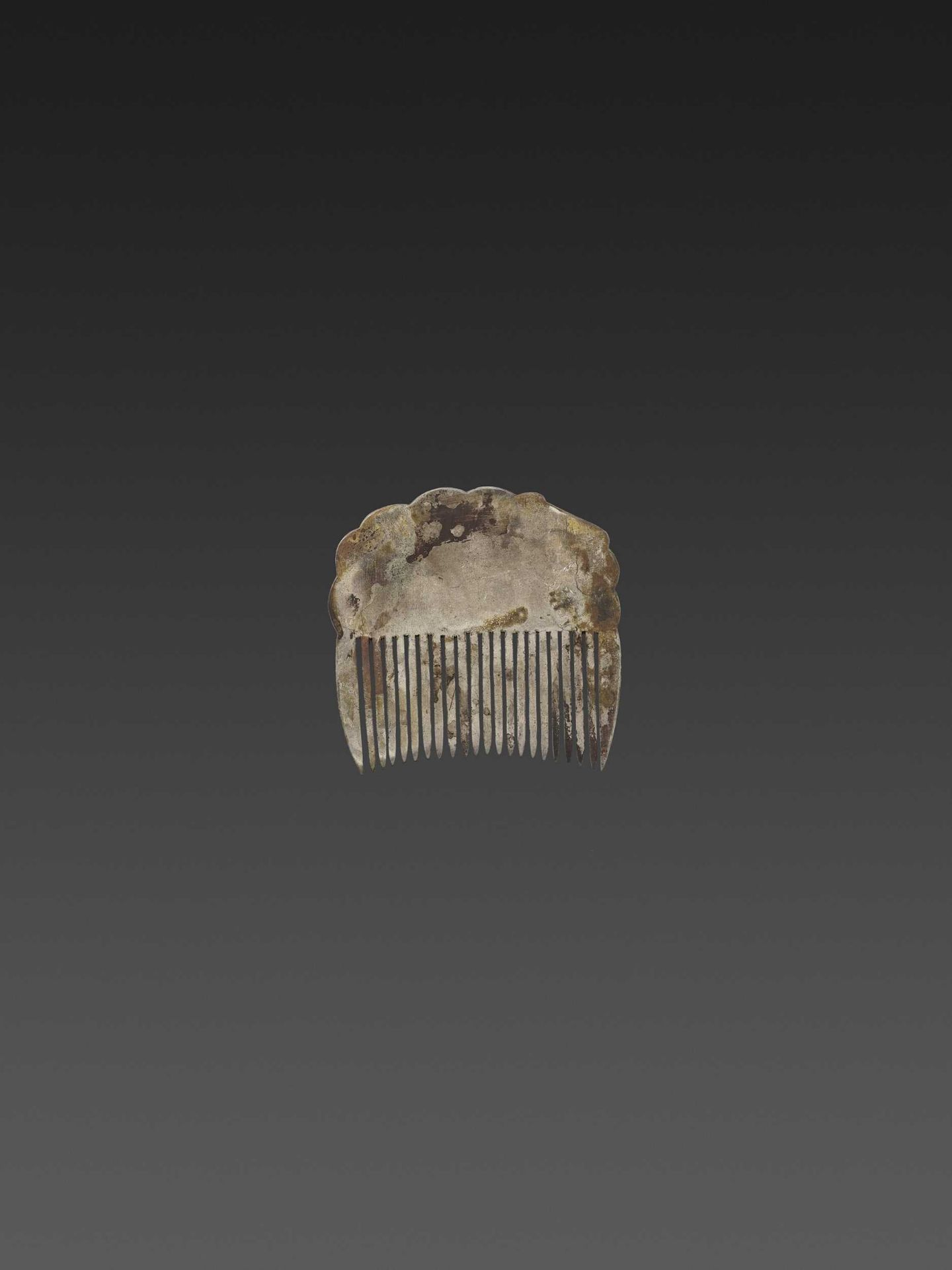 A CHAM GOLD REPOUSSÉ AND SILVER HAIR COMB WITH NANDI - Bild 4 aus 5