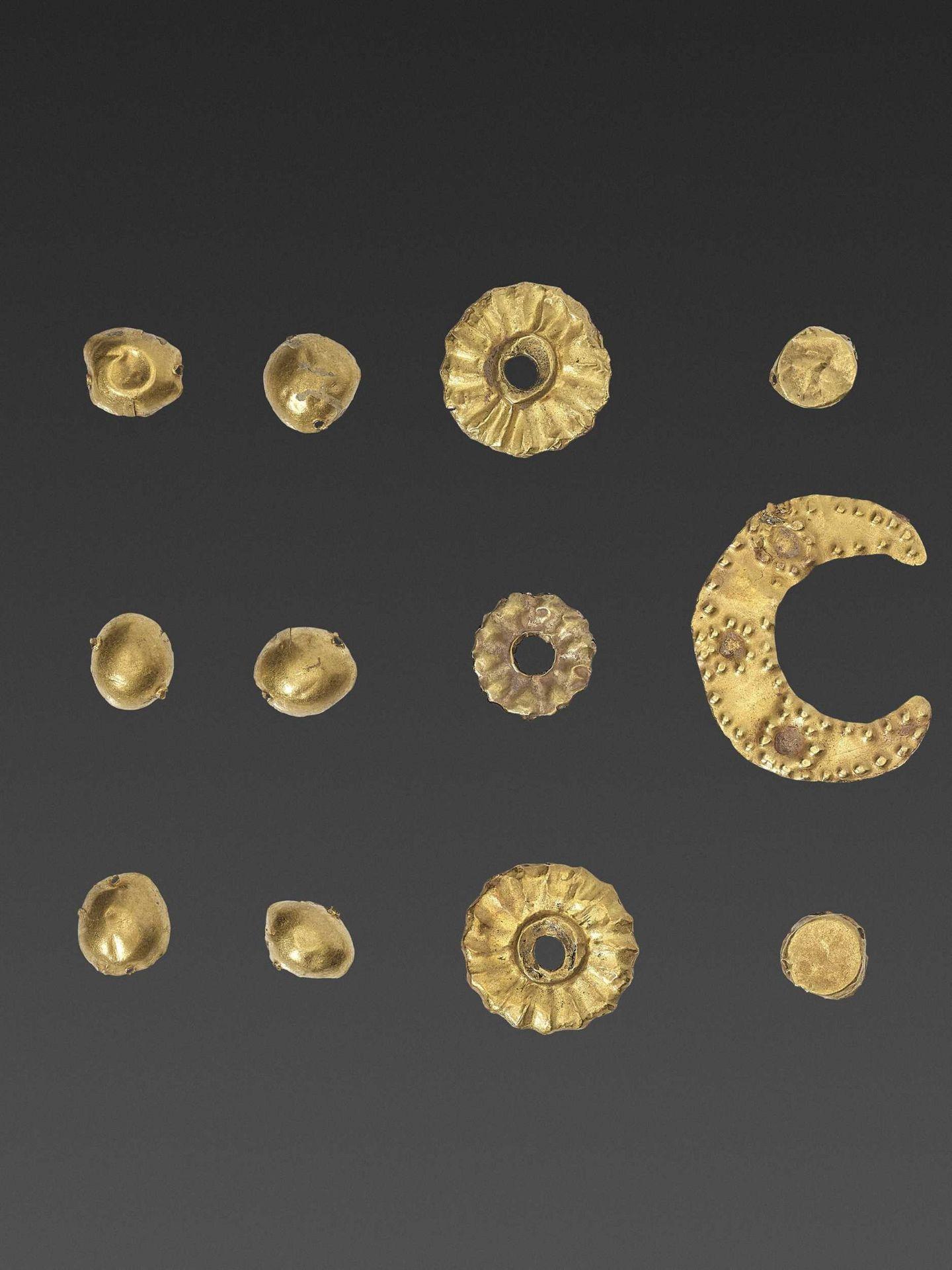 19 BACTRIAN GOLD GARMENT ORNAMENTS - Bild 2 aus 5