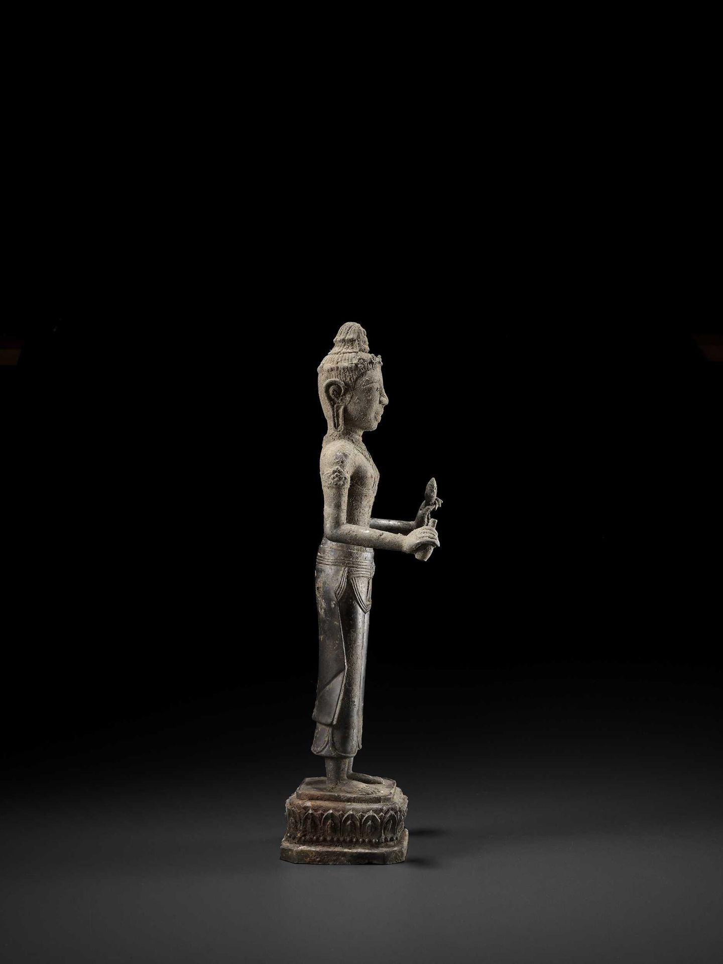 A RARE AND IMPORTANT SILVER ALLOY FIGURE OF AVALOKITESVARA - Bild 5 aus 11