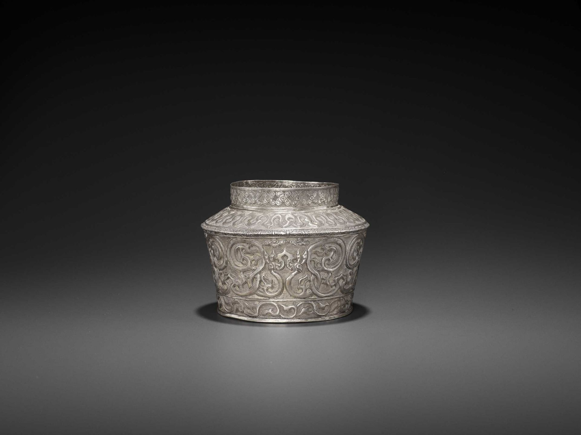 AN EXTREMELY RARE AND FINE CHAM SILVER REPOUSSÉ BOWL WITH PHOENIXES - Bild 3 aus 7