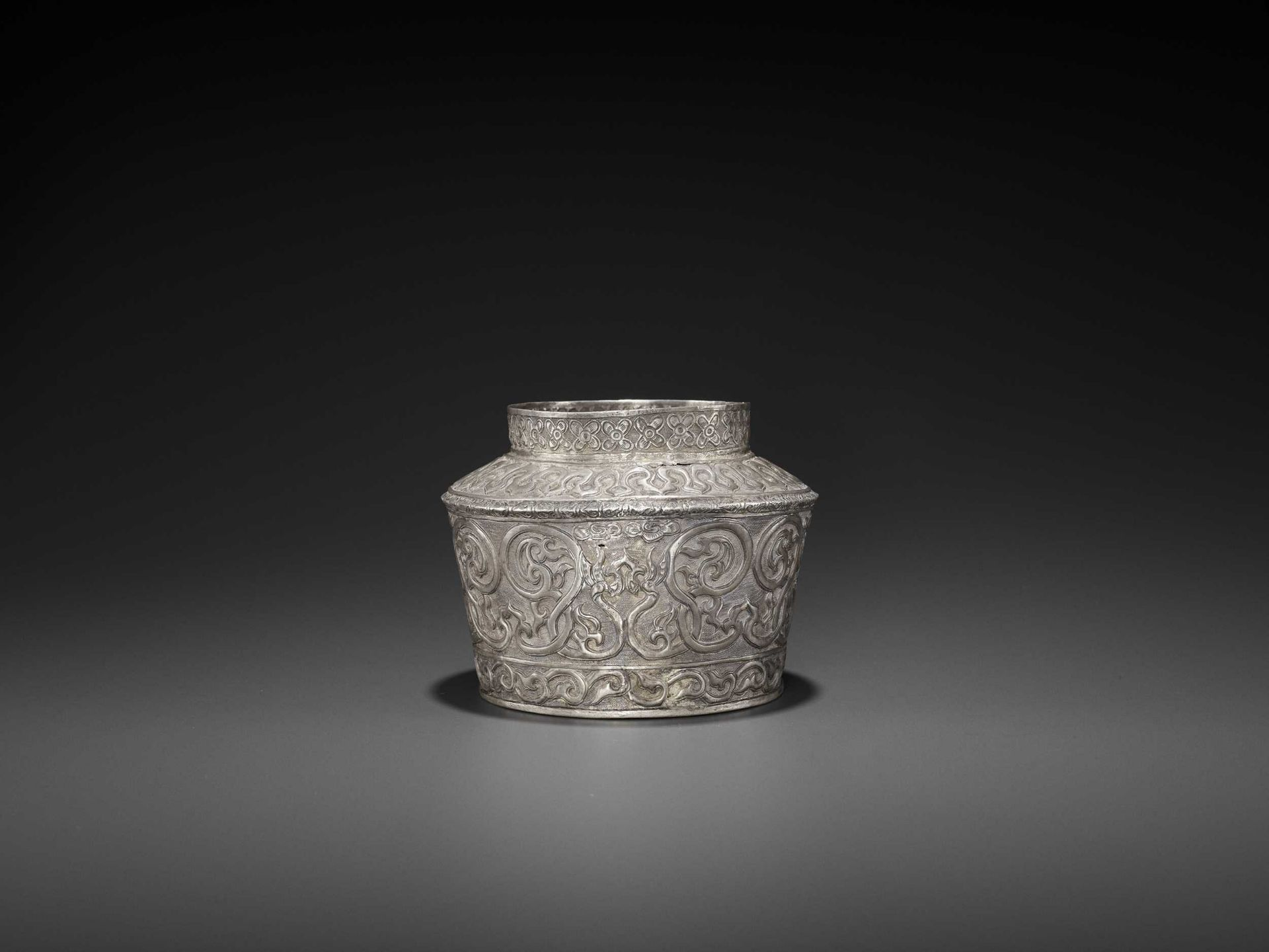 AN EXTREMELY RARE AND FINE CHAM SILVER REPOUSSÉ BOWL WITH PHOENIXES - Bild 5 aus 7
