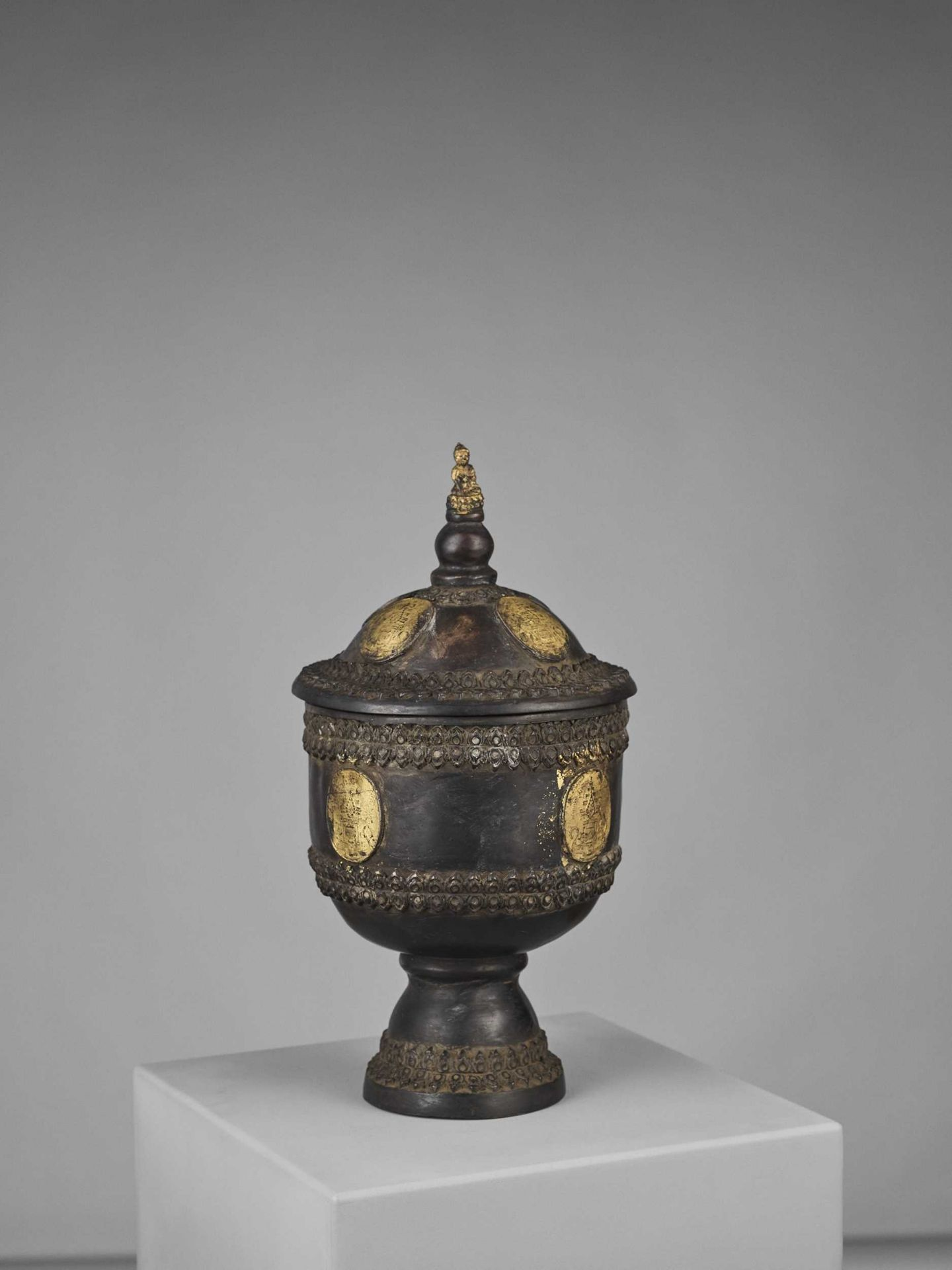 A CHAM PARCEL-GILT BRONZE VESSEL AND COVER WITH BUDDHA SHAKYAMUNI - Bild 3 aus 11