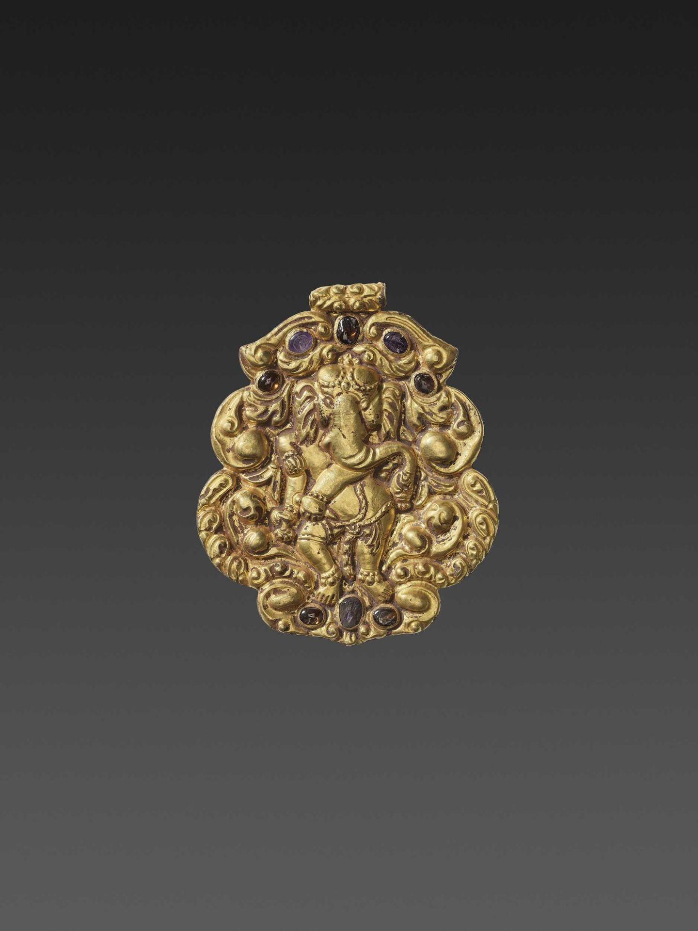 A CHAM GEMSTONE-SET GOLD REPOUSSÉ PENDANT DEPICTING GANESHA DANCING