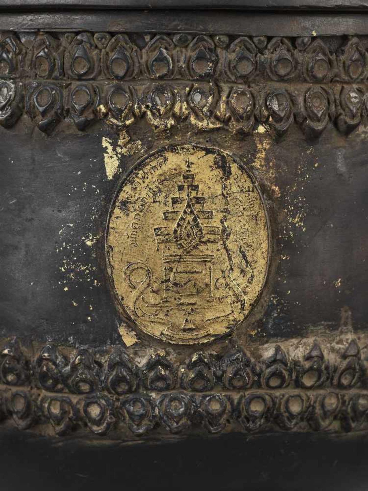 A CHAM PARCEL-GILT BRONZE VESSEL AND COVER WITH BUDDHA SHAKYAMUNI - Bild 4 aus 11
