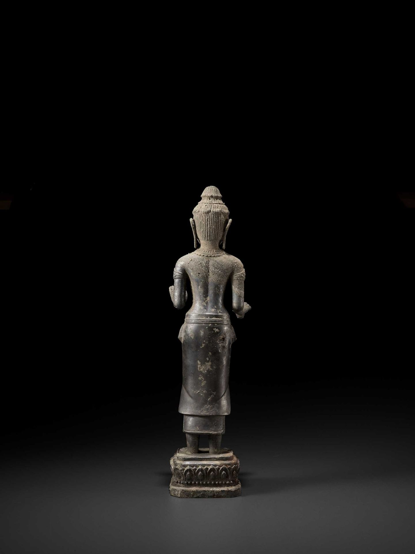 A RARE AND IMPORTANT SILVER ALLOY FIGURE OF AVALOKITESVARA - Bild 9 aus 11