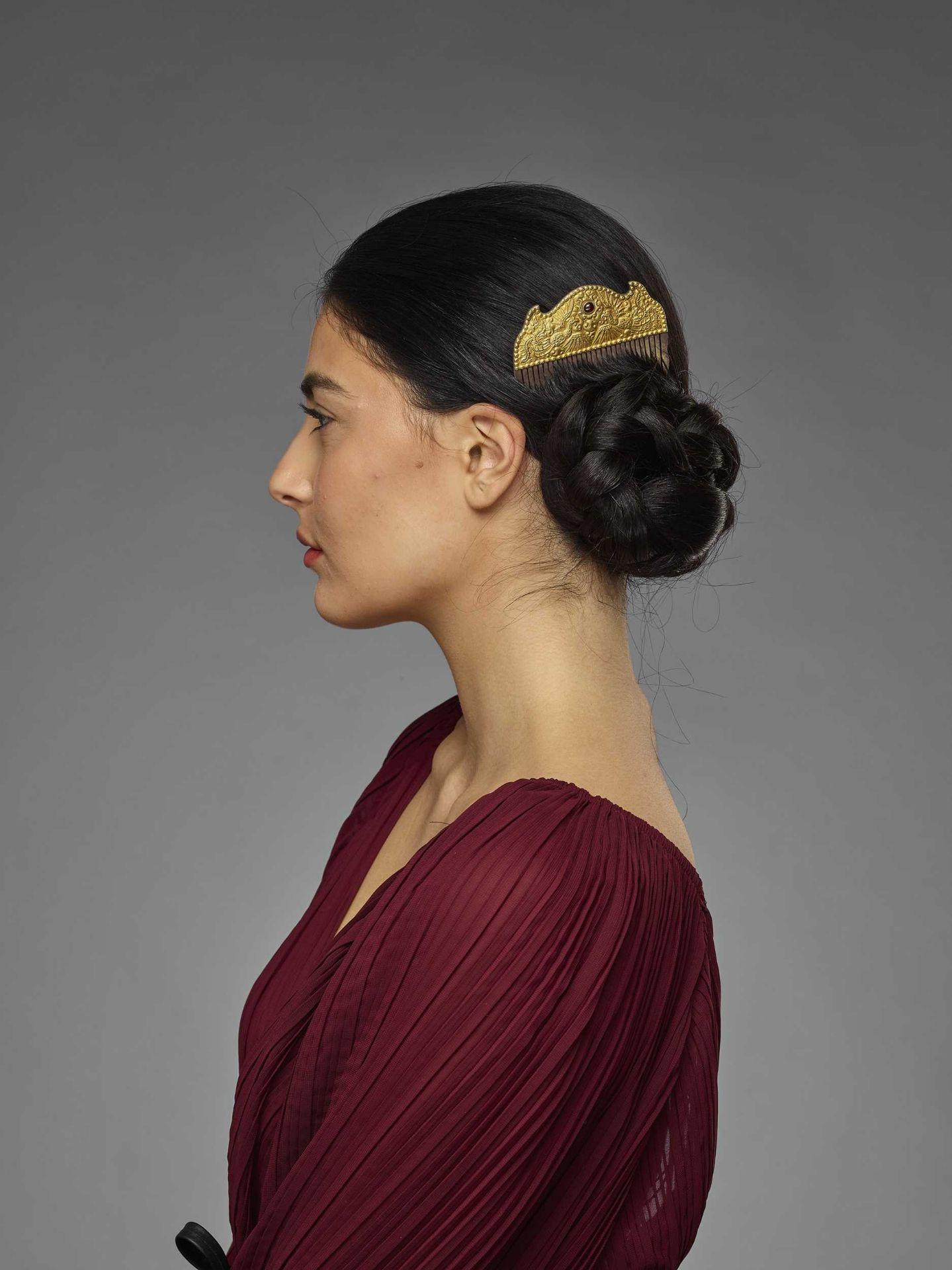 A VIETNAMESE GEMSTONE-SET GOLD REPOUSSÉ AND SILVER HAIR COMB WITH PHOENIXES - Bild 4 aus 5