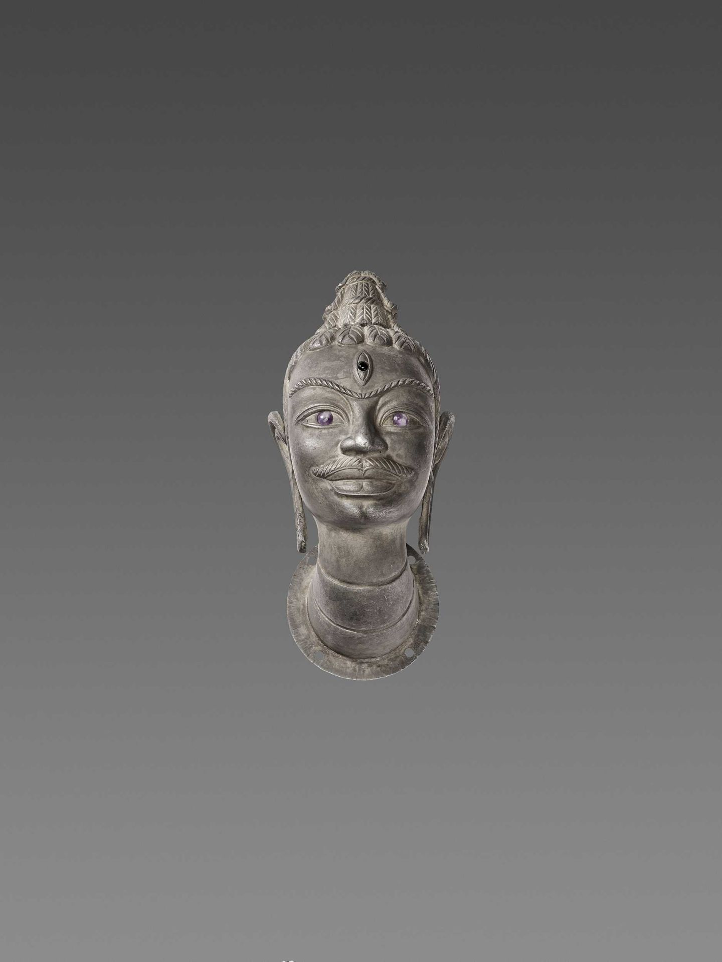 A VERY FINE AND RARE GEMSTONE-SET CHAM SILVER HEAD OF SHIVA - Bild 3 aus 6