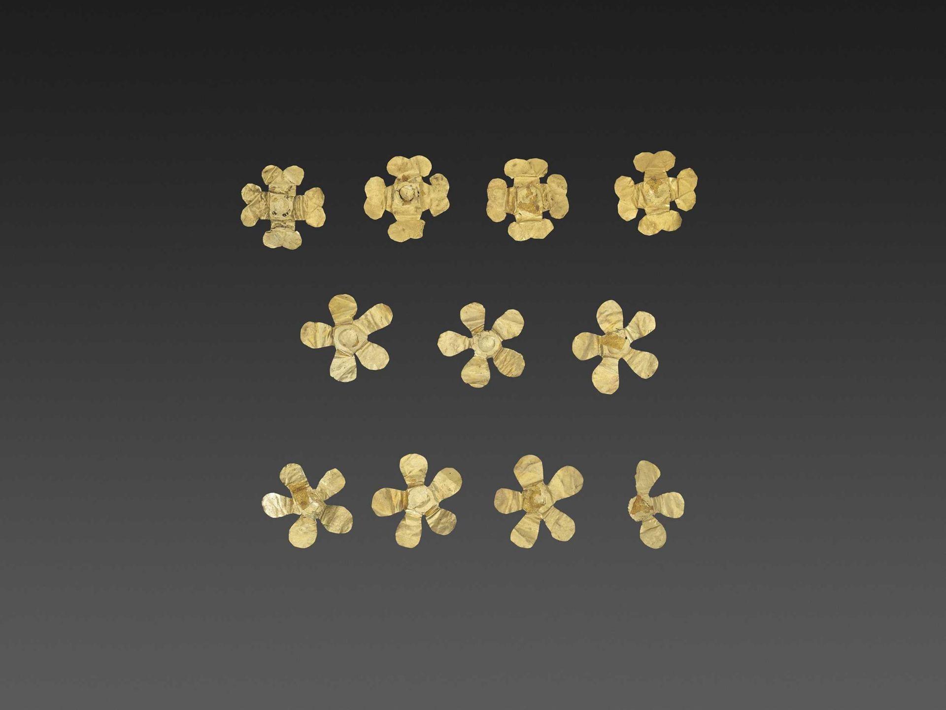 11 BACTRIAN GOLD 'FLOWER' GARMENT ORNAMENTS - Bild 3 aus 4