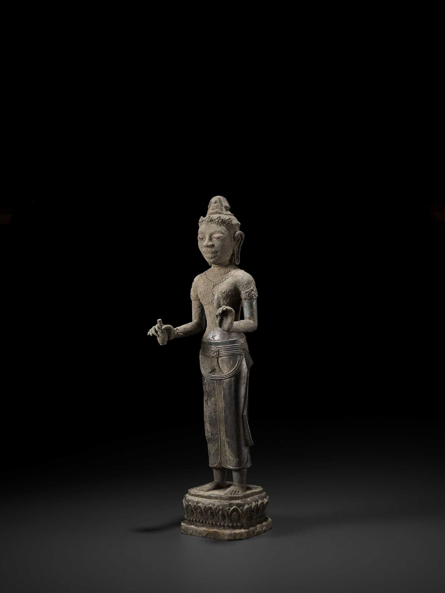 A RARE AND IMPORTANT SILVER ALLOY FIGURE OF AVALOKITESVARA - Bild 2 aus 11