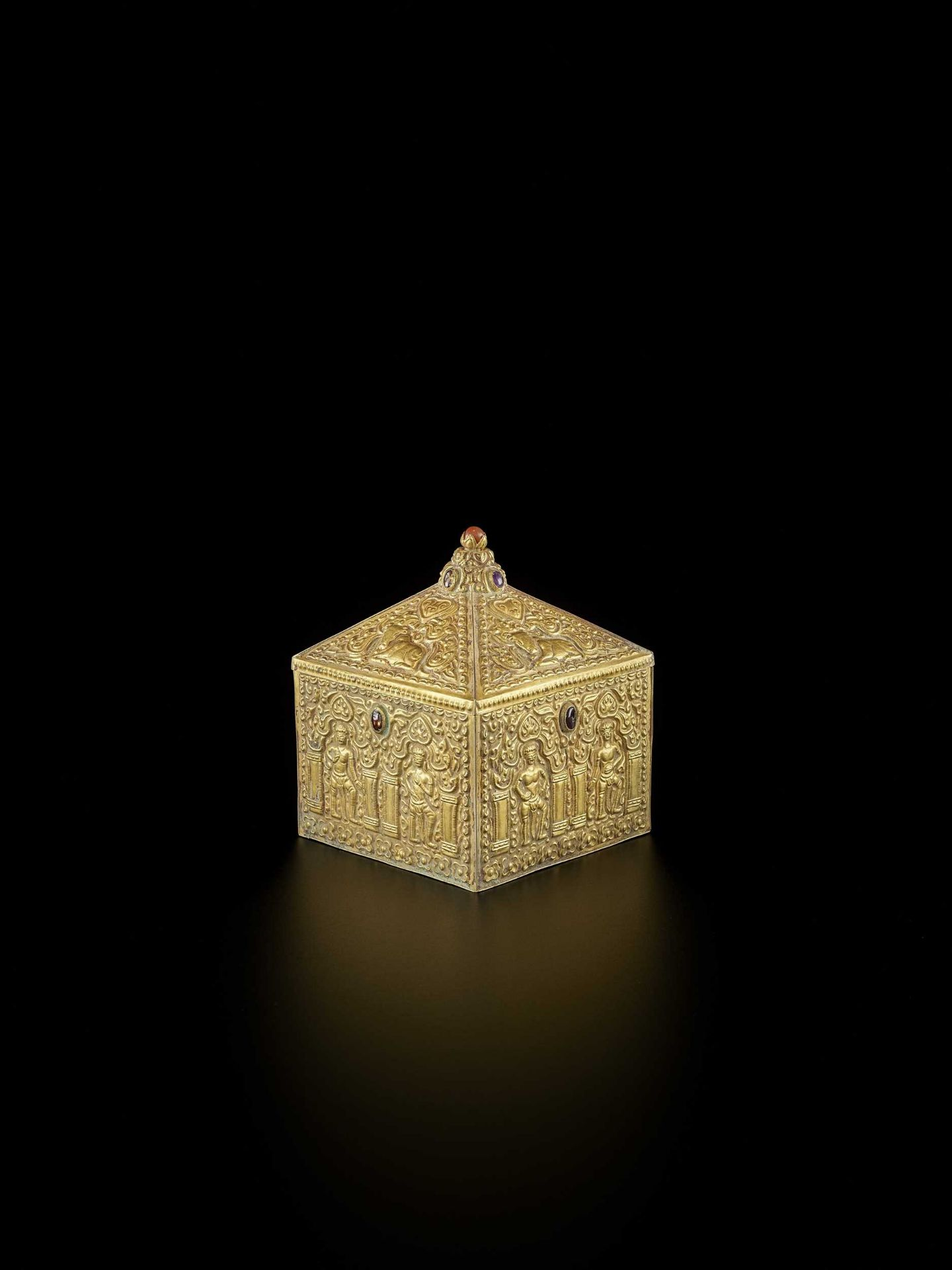 A FINE AND EXTREMELY RARE GEMSTONE-SET CHAM GOLD REPOUSSÉ BOX AND COVER - Bild 9 aus 10