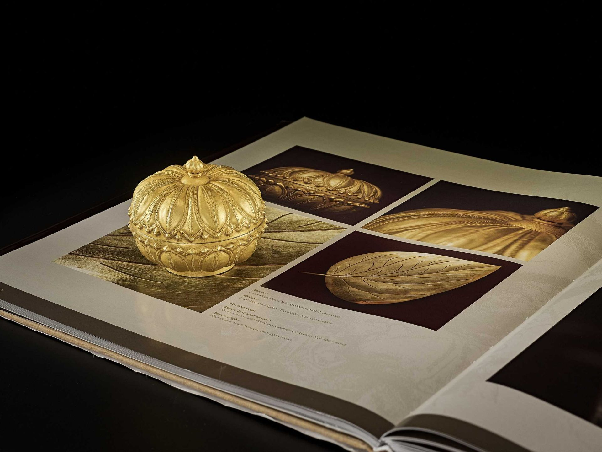 A RARE AND EXCEPTIONAL CHAM GOLD REPOUSSÉ 'LOTUS' MEDICINE BOX AND COVER - Bild 2 aus 7