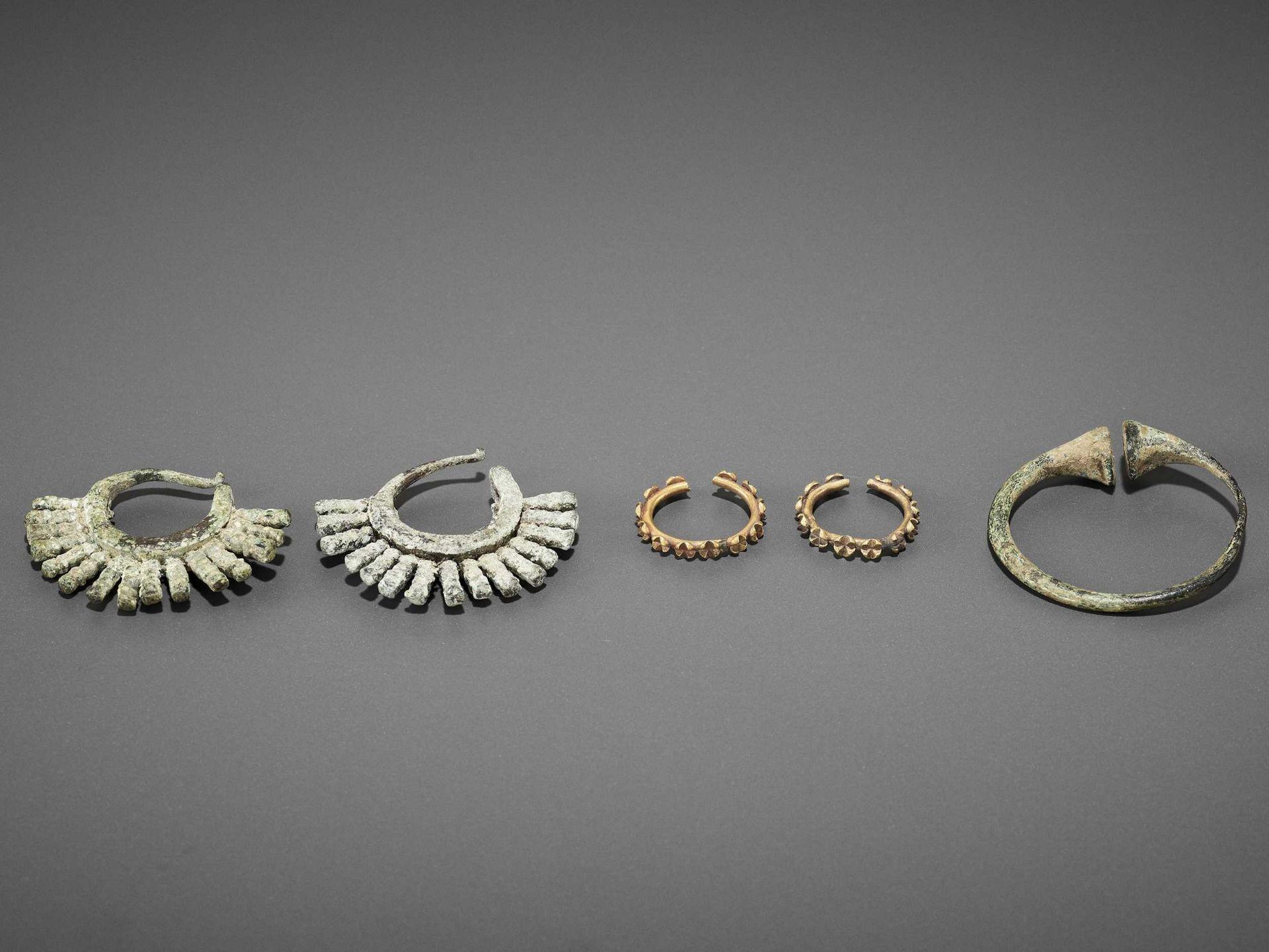 FIVE BACTRIAN GOLD AND BRONZE EARRINGS - Bild 2 aus 6