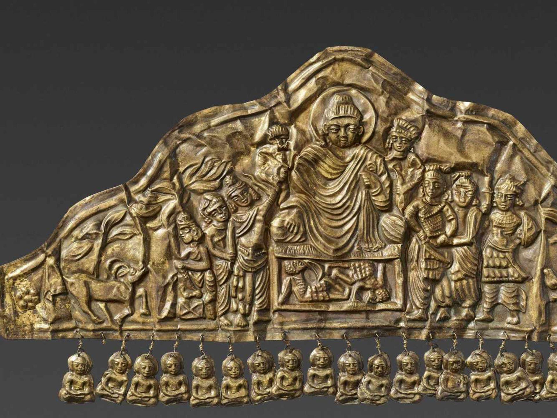 AN EXTREMELY RARE GANDHARAN GOLD DIADEM DEPICTING BUDDHA DEFYING MARA - Bild 3 aus 4