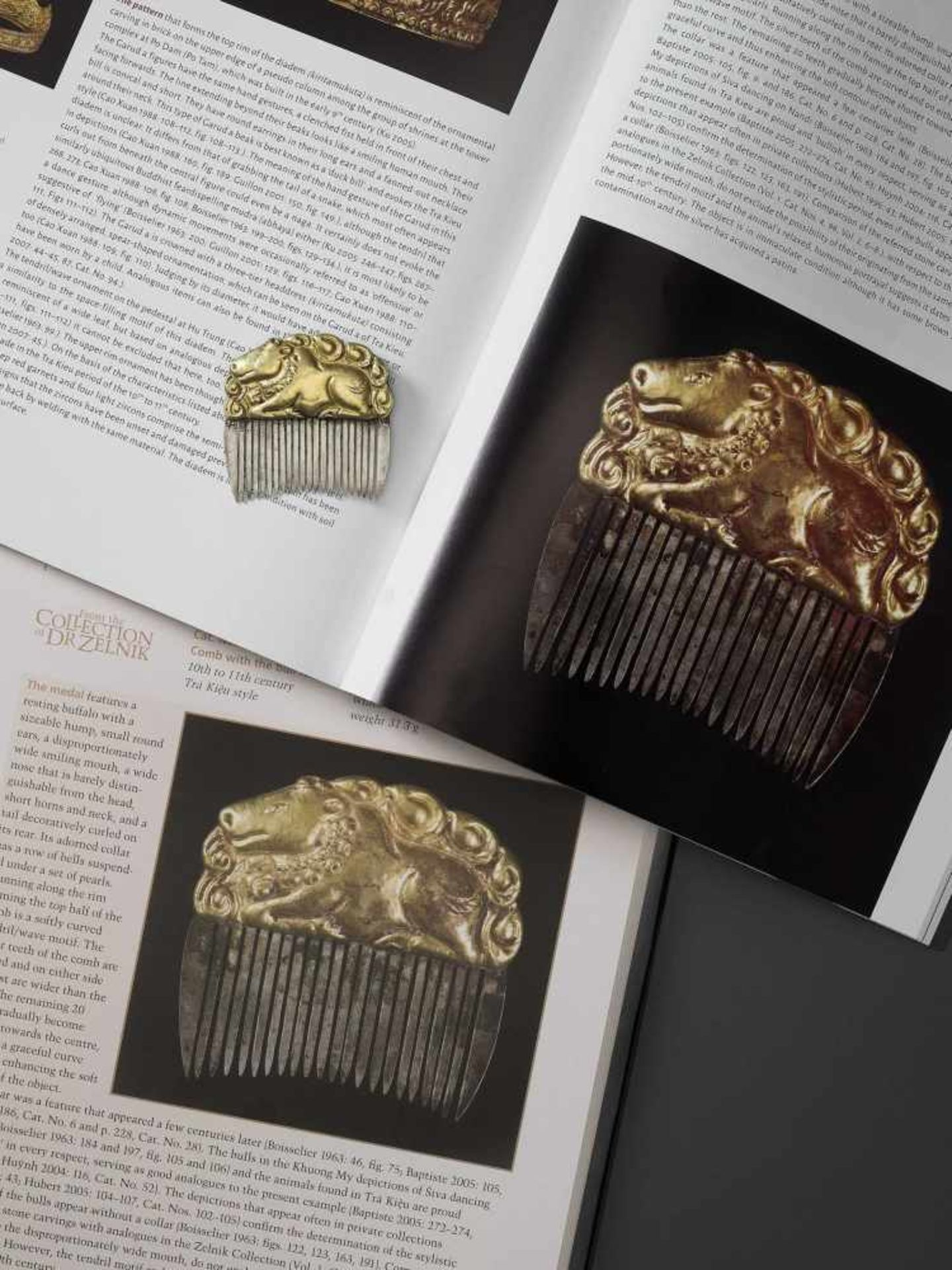 A CHAM GOLD REPOUSSÉ AND SILVER HAIR COMB WITH NANDI - Bild 2 aus 5