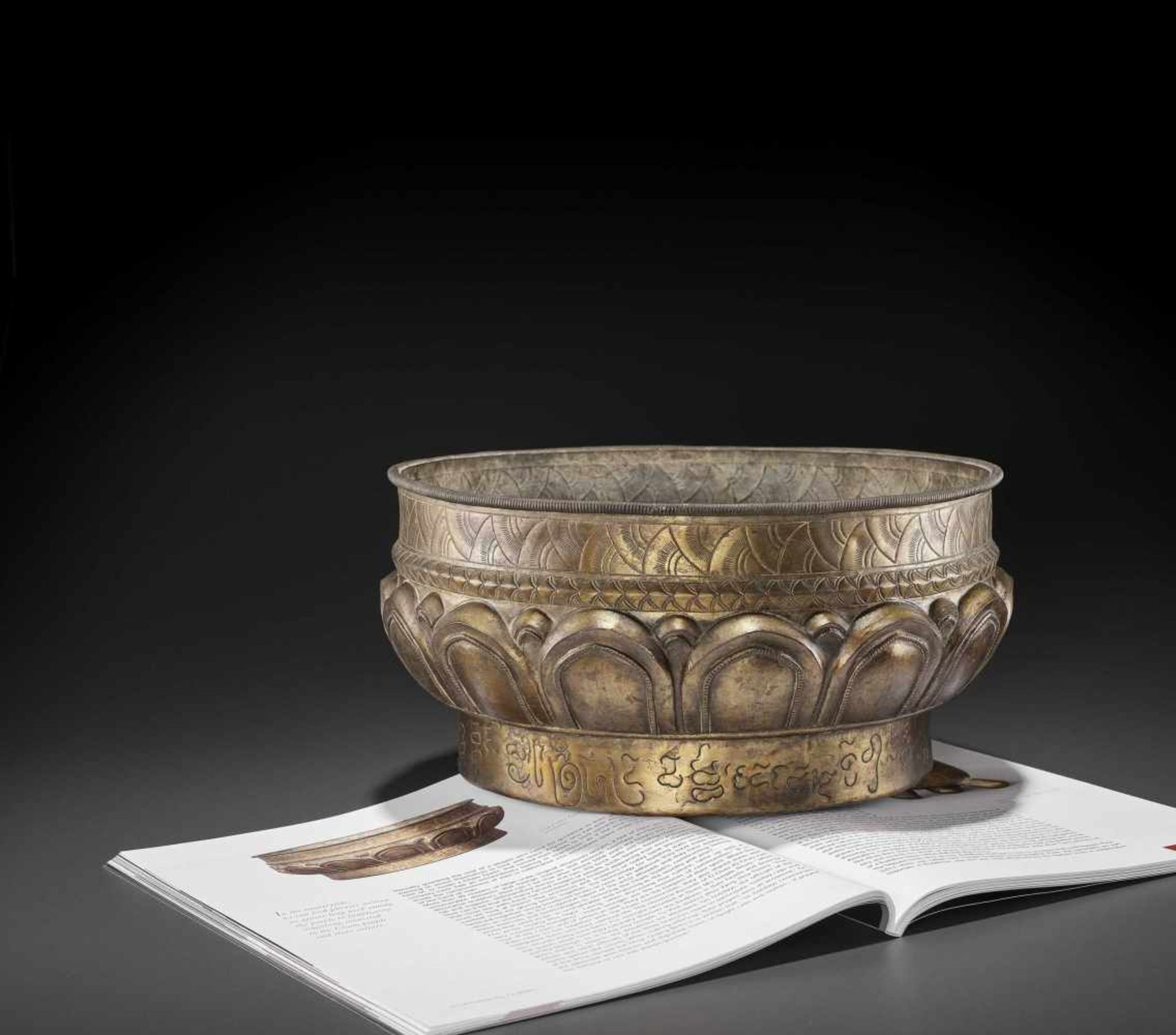 A LARGE AND FINE CHAM GILT SILVER REPOUSSÉ 'LOTUS' VESSEL - Bild 2 aus 7