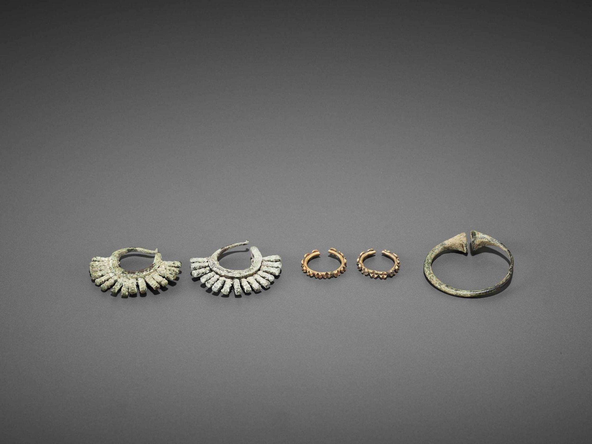 FIVE BACTRIAN GOLD AND BRONZE EARRINGS - Bild 3 aus 6
